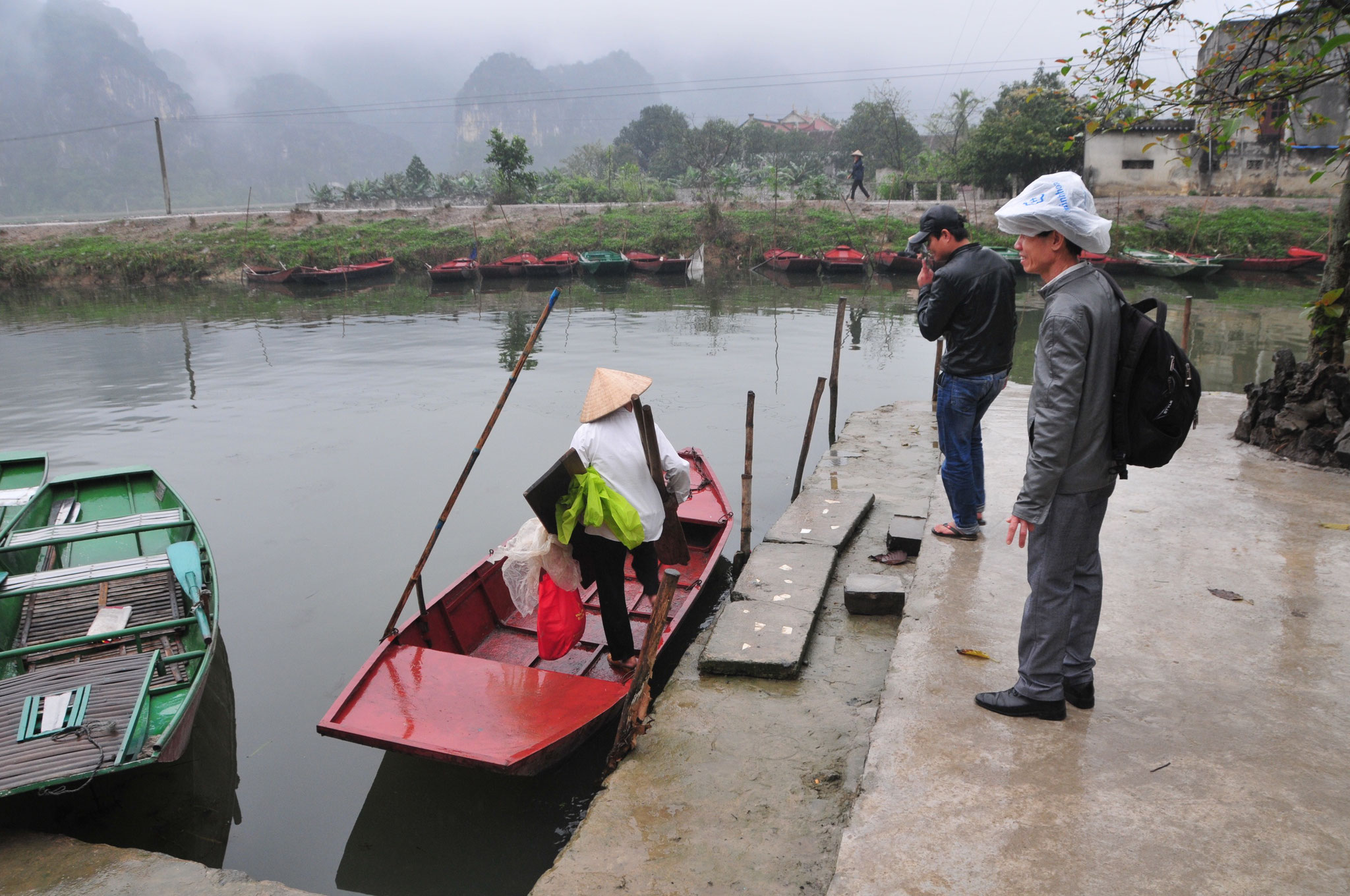 Danach geht mit dem Ruderboot zu den Tam Coc Höhlen