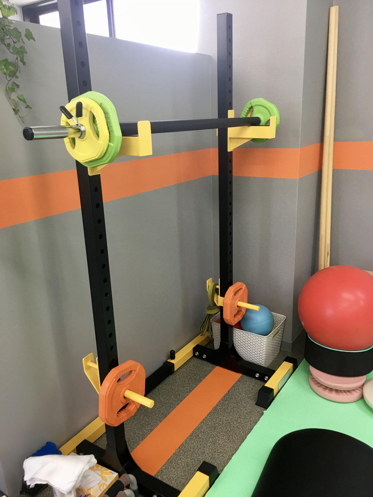 バーベルです。負荷をかけて運動することで筋力強化を図ります。