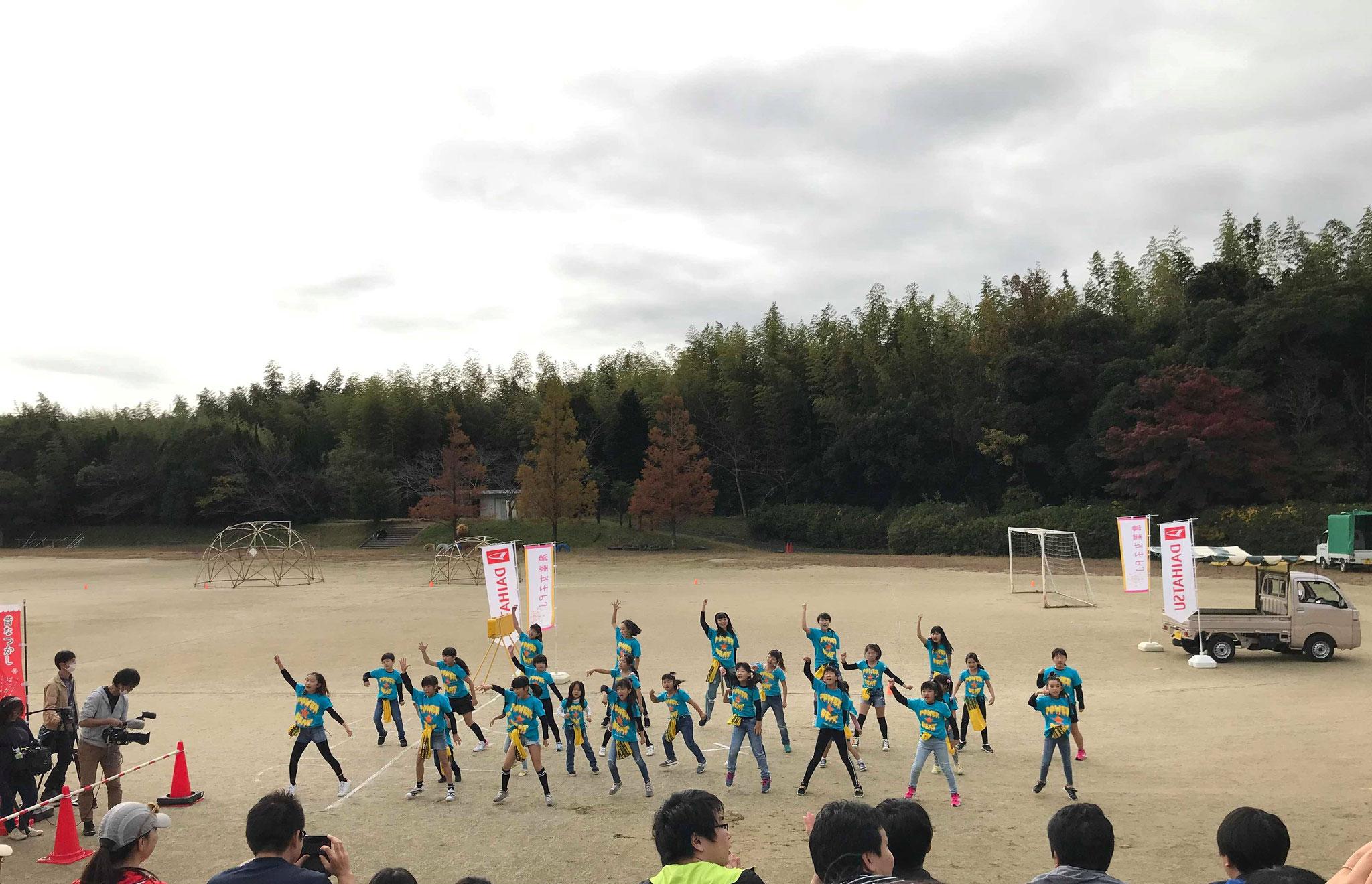キッズダンスチーム「パワービート」が歓迎のダンス