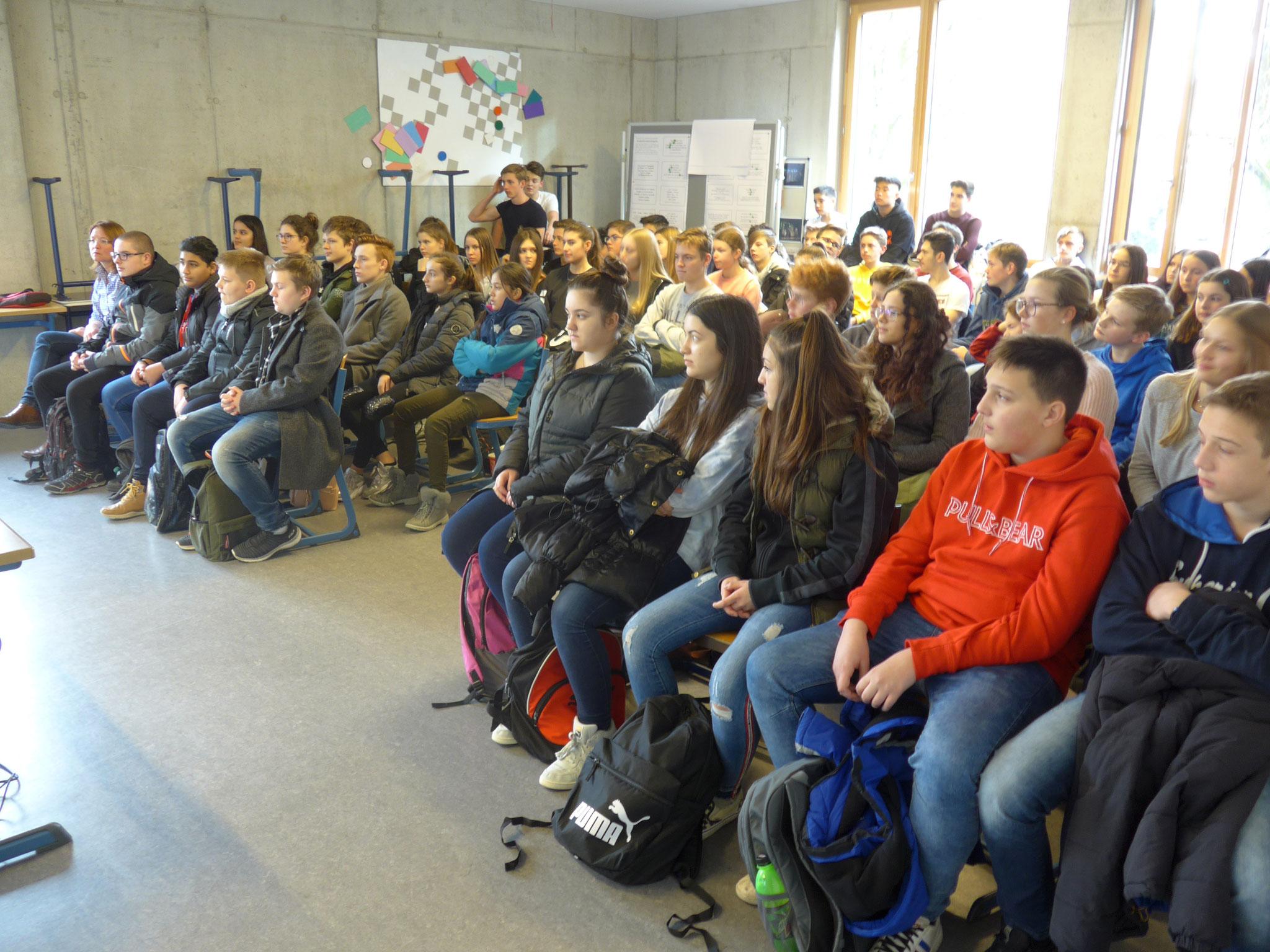 ... anwesend unsere neunten Klassen und die SchülerInnen der Vorbereitungsklassen.