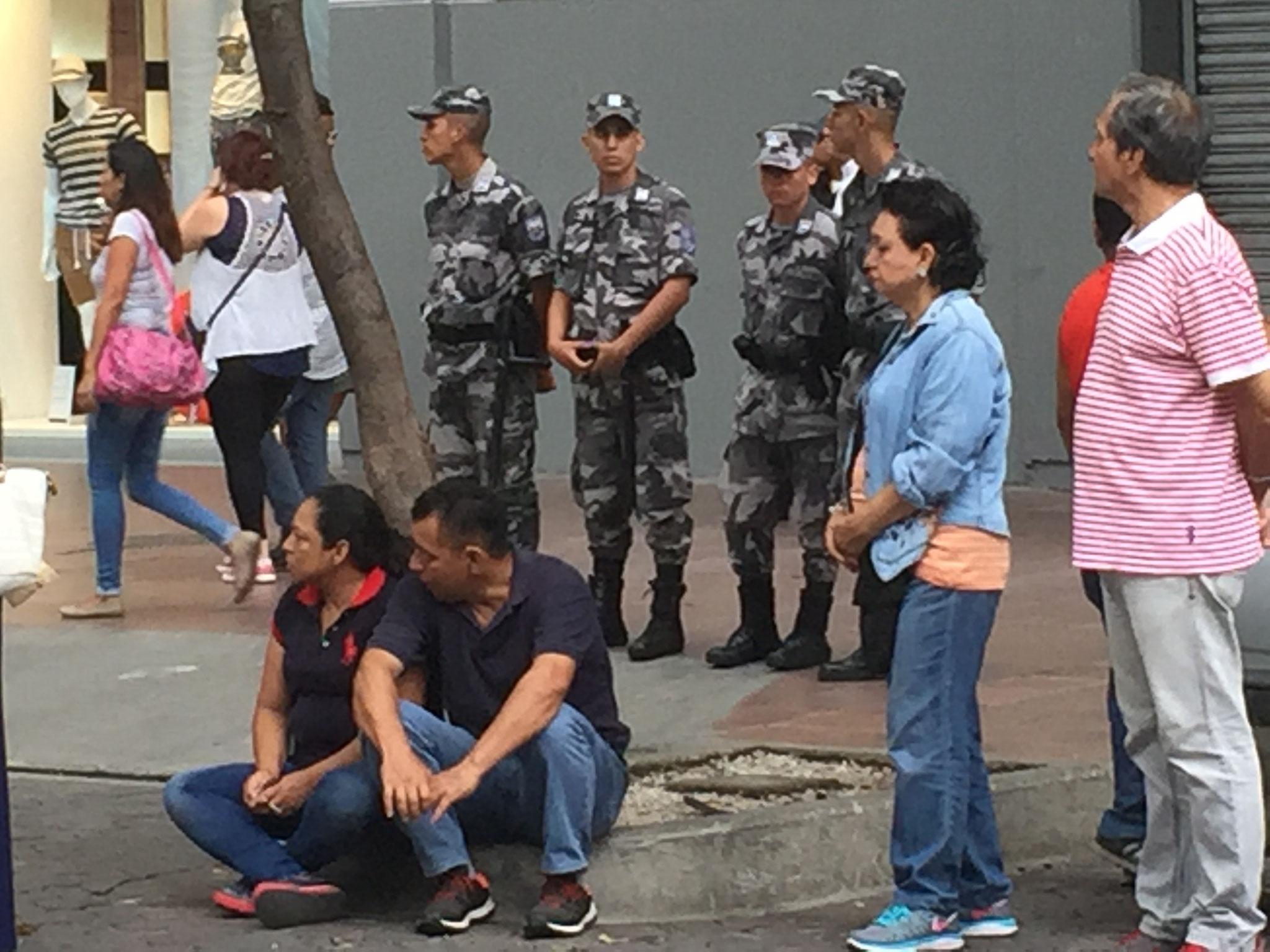 mit Polizei im Hintergrund