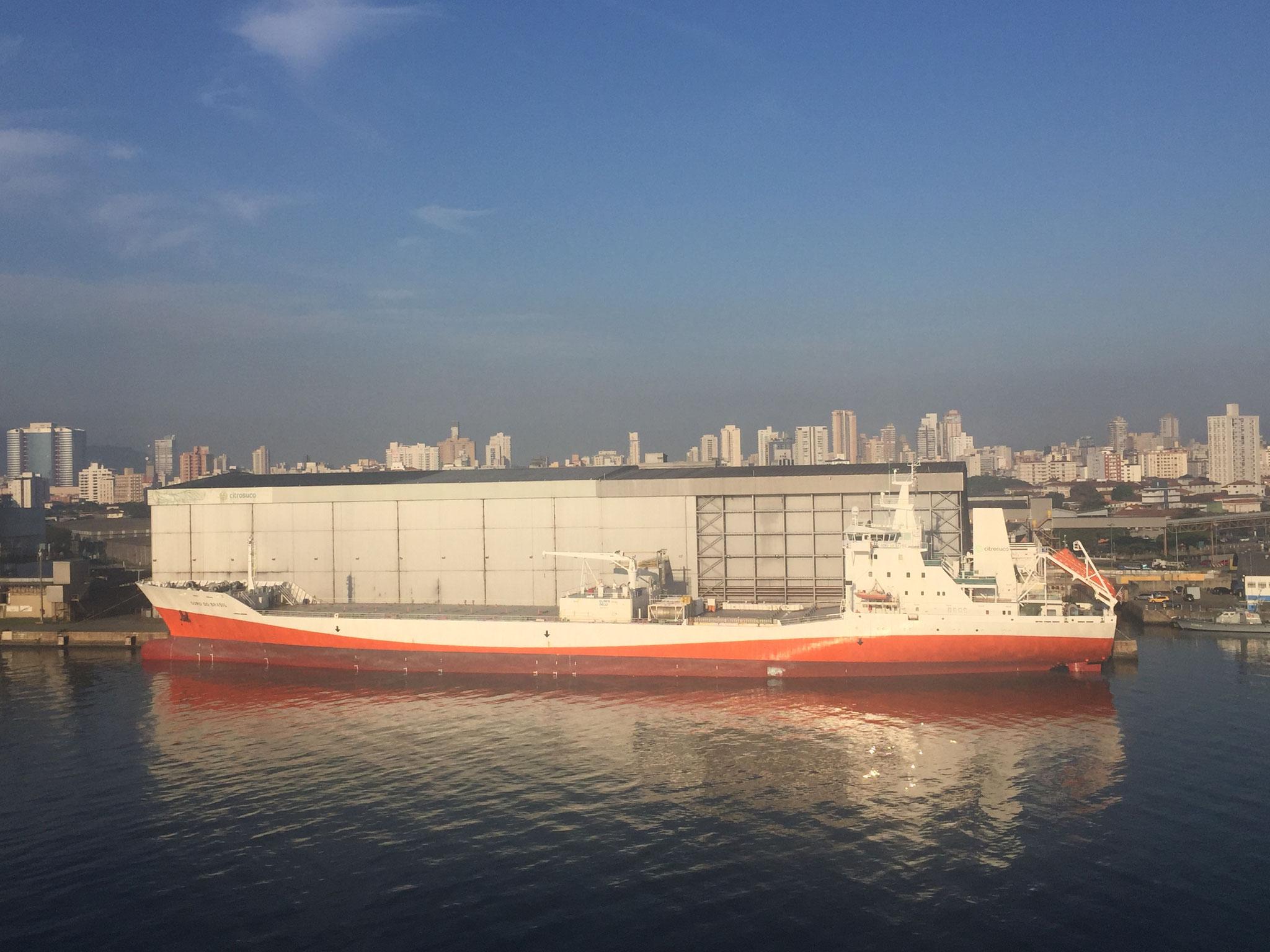 Schiff mit Orangenkonzentrat