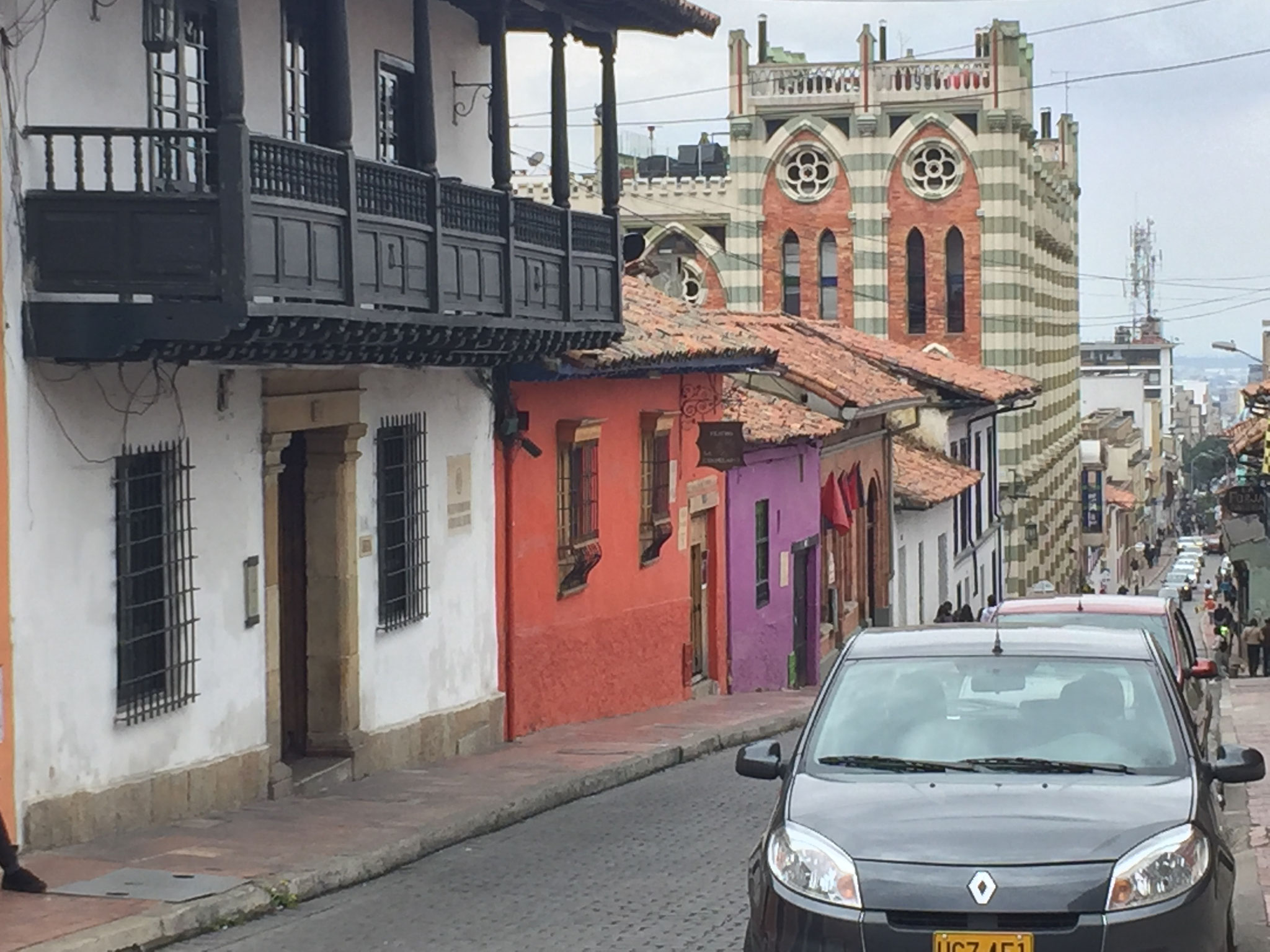 und auch viele Häuser mit Balkonen