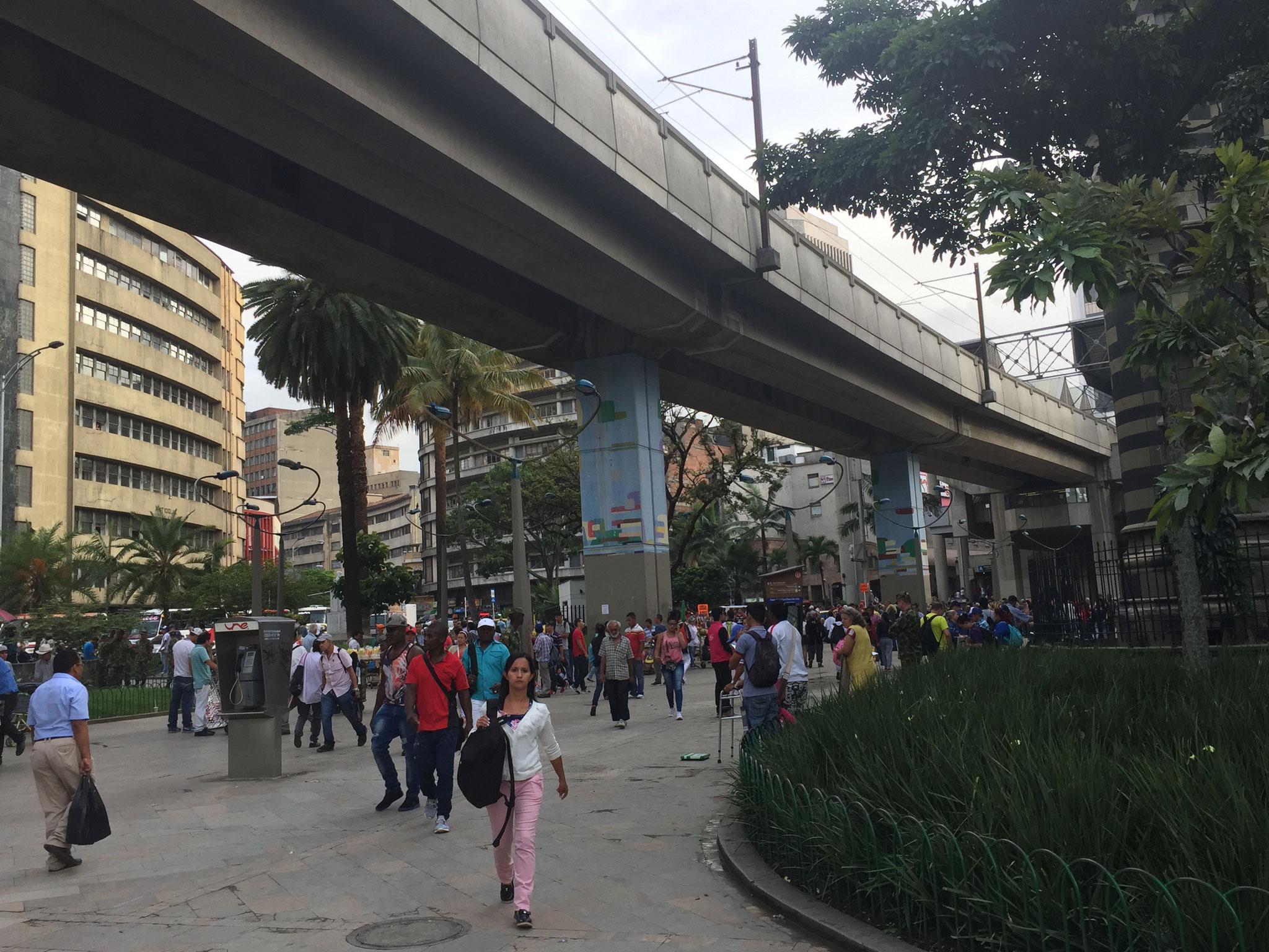 Metro über den Strassen