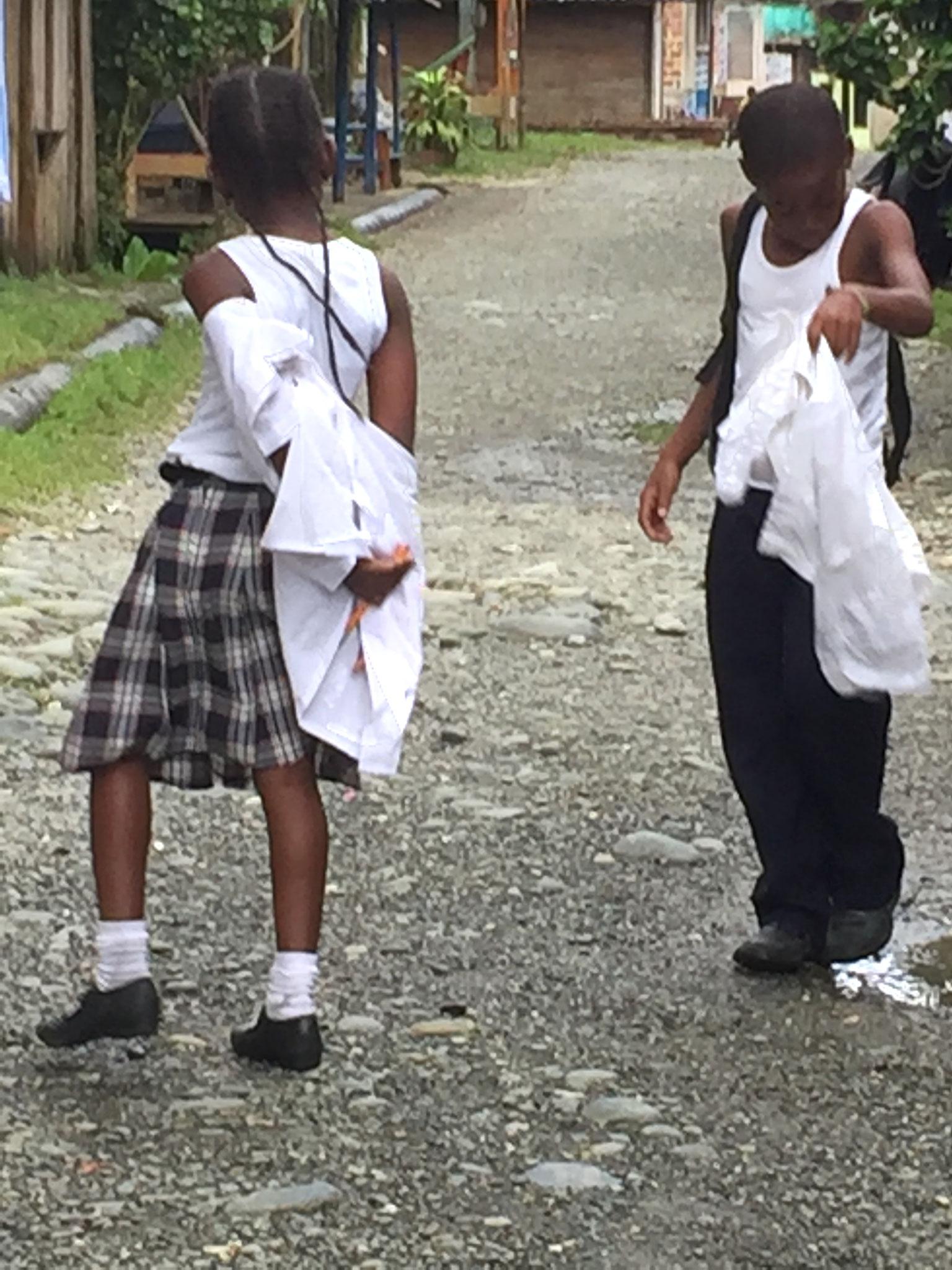 Schuluniform wird schon auf der Strasse ausgezogen