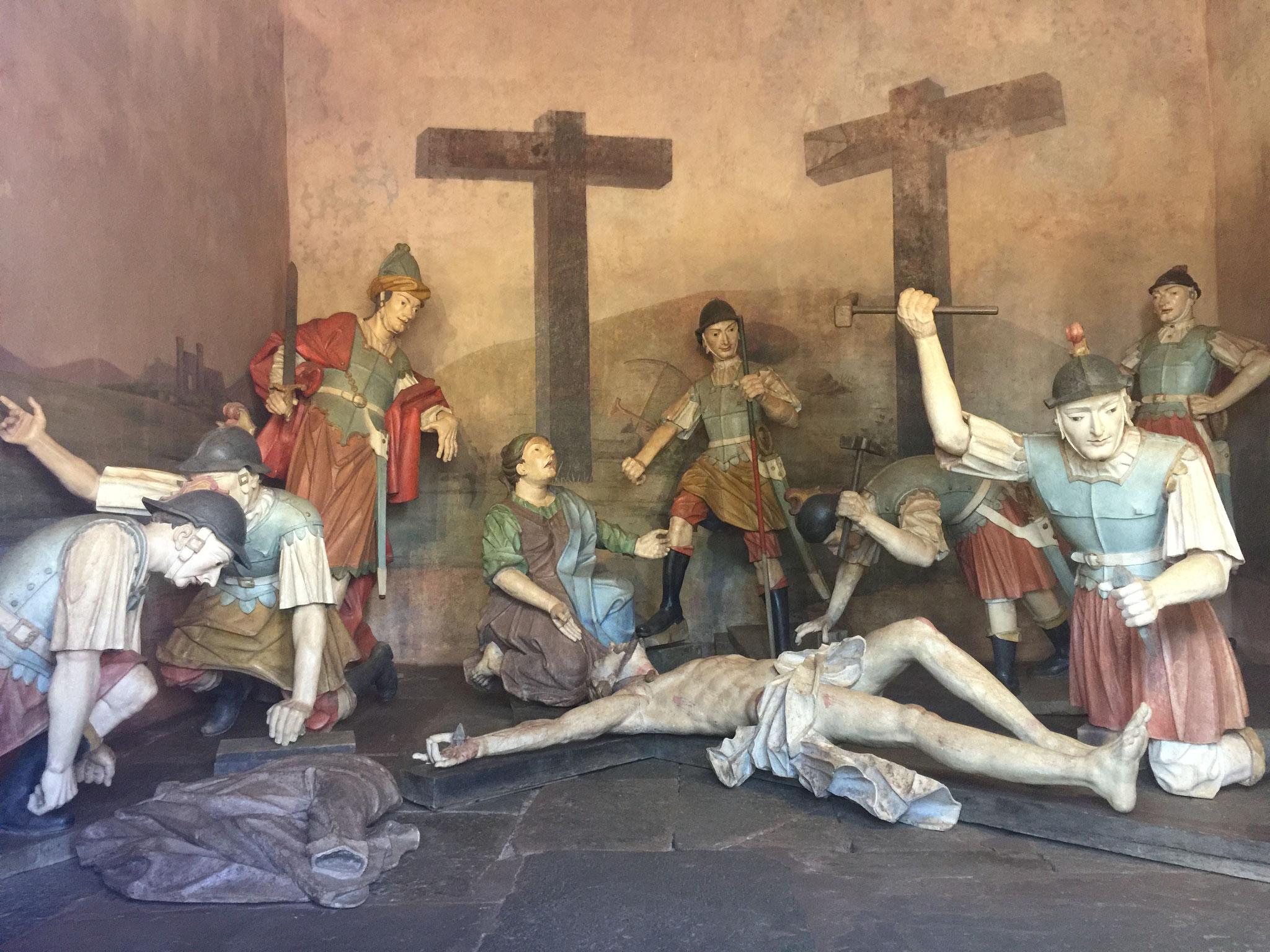 ....Figuren die den Kreuzgang darstellen