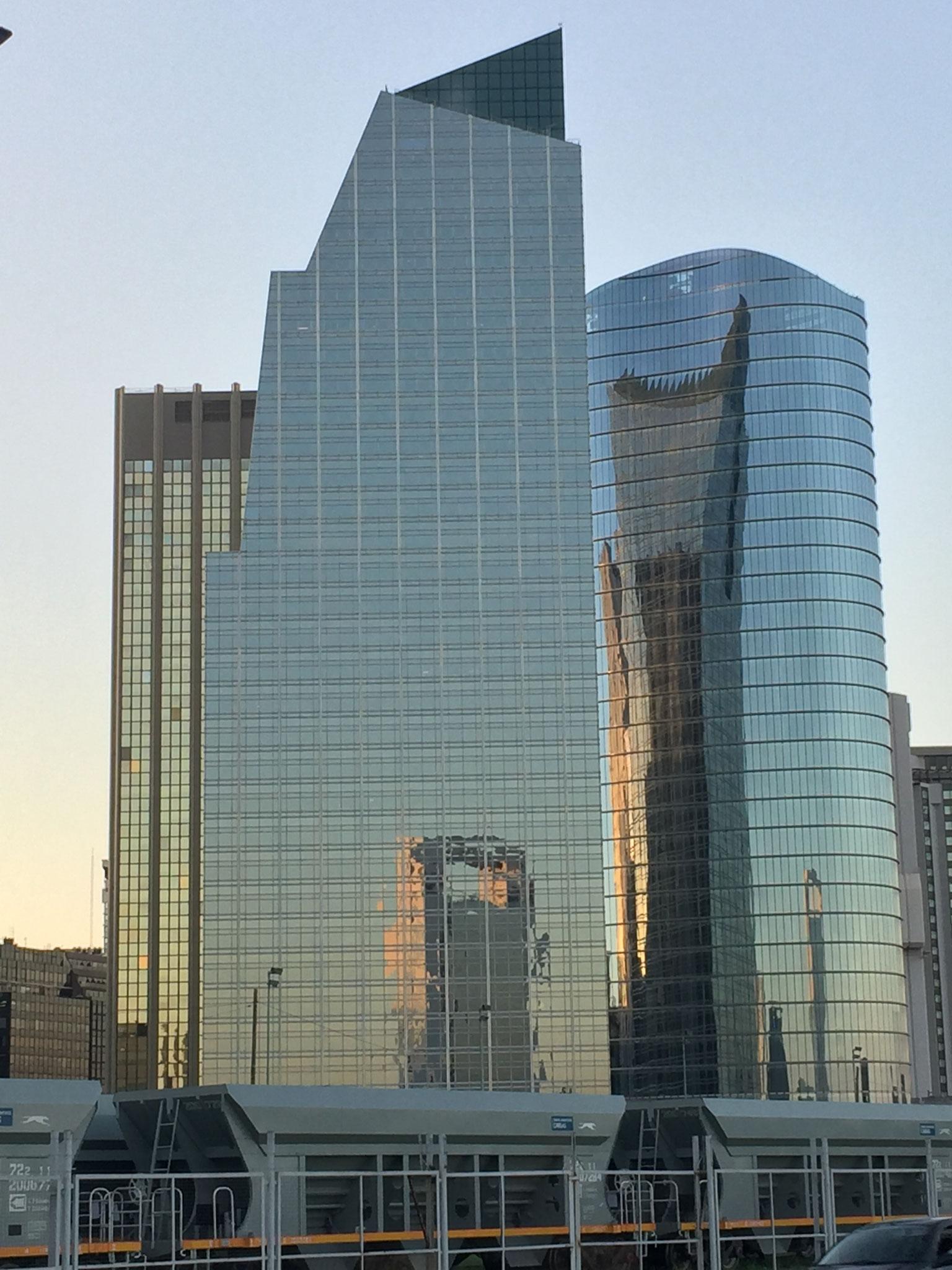 Wolkenkratzer im Abendlicht vom Stellplatz aus