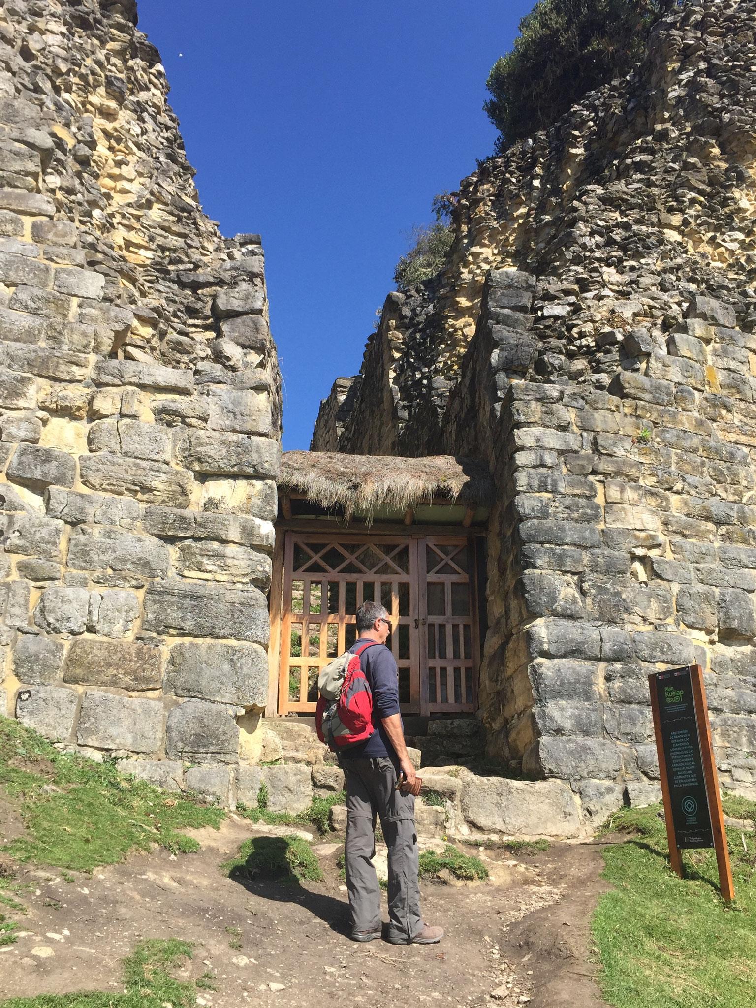 Einer der drei Eingänge zu dem Kuelap-Dorf