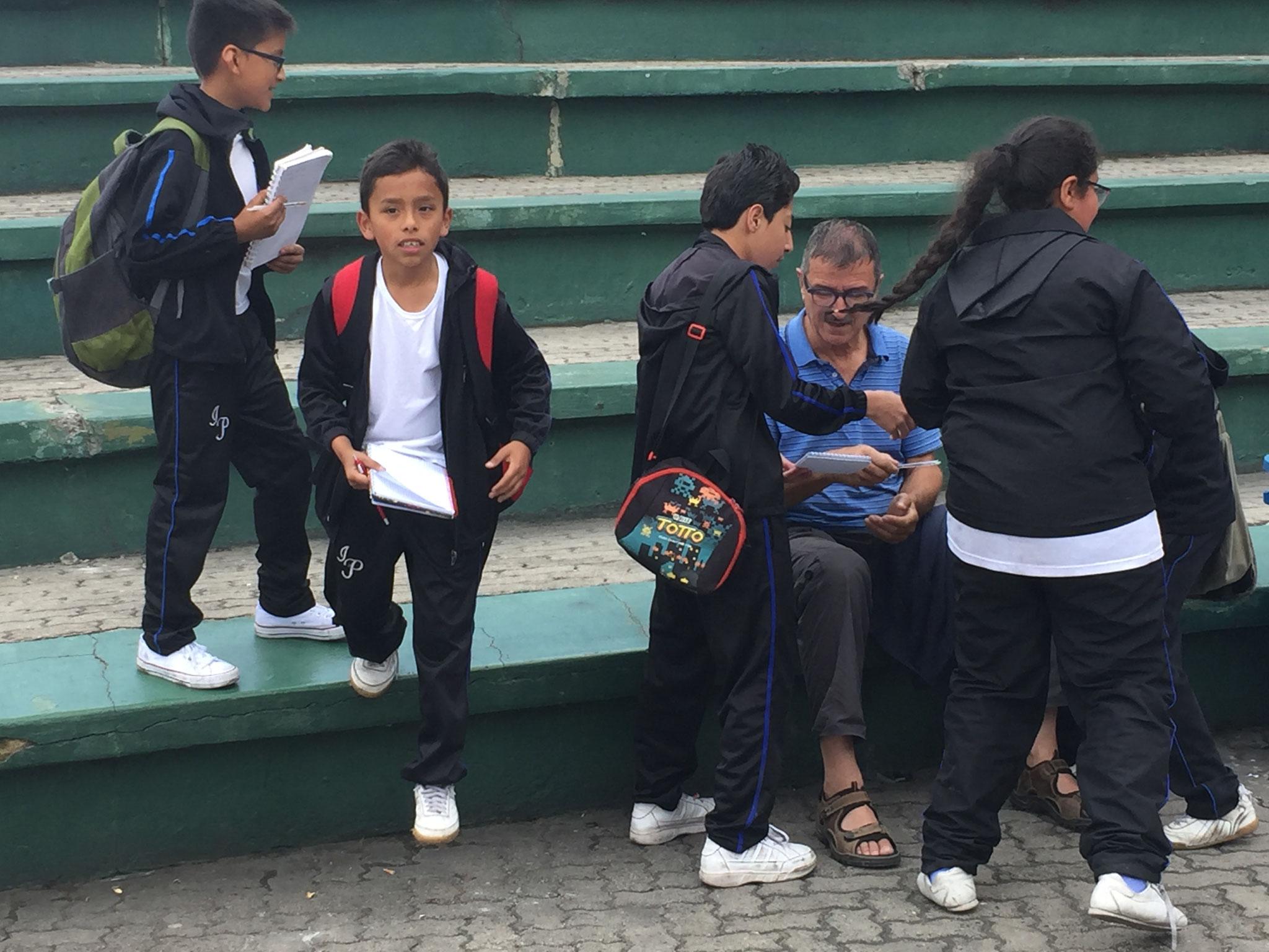 Schüler wollen Unterschriften von Ausländern