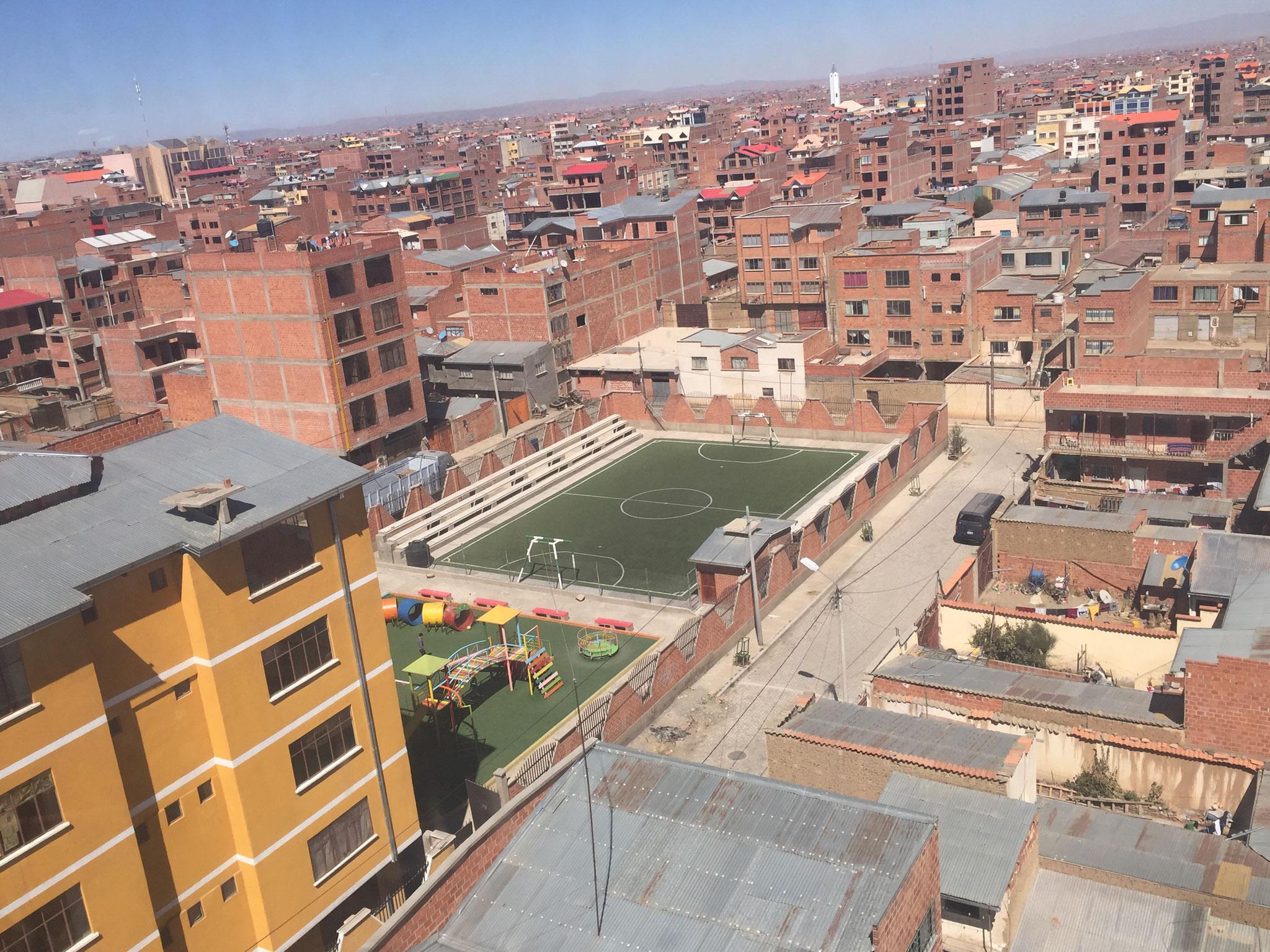 Mitten in El Alto Fussballplatz