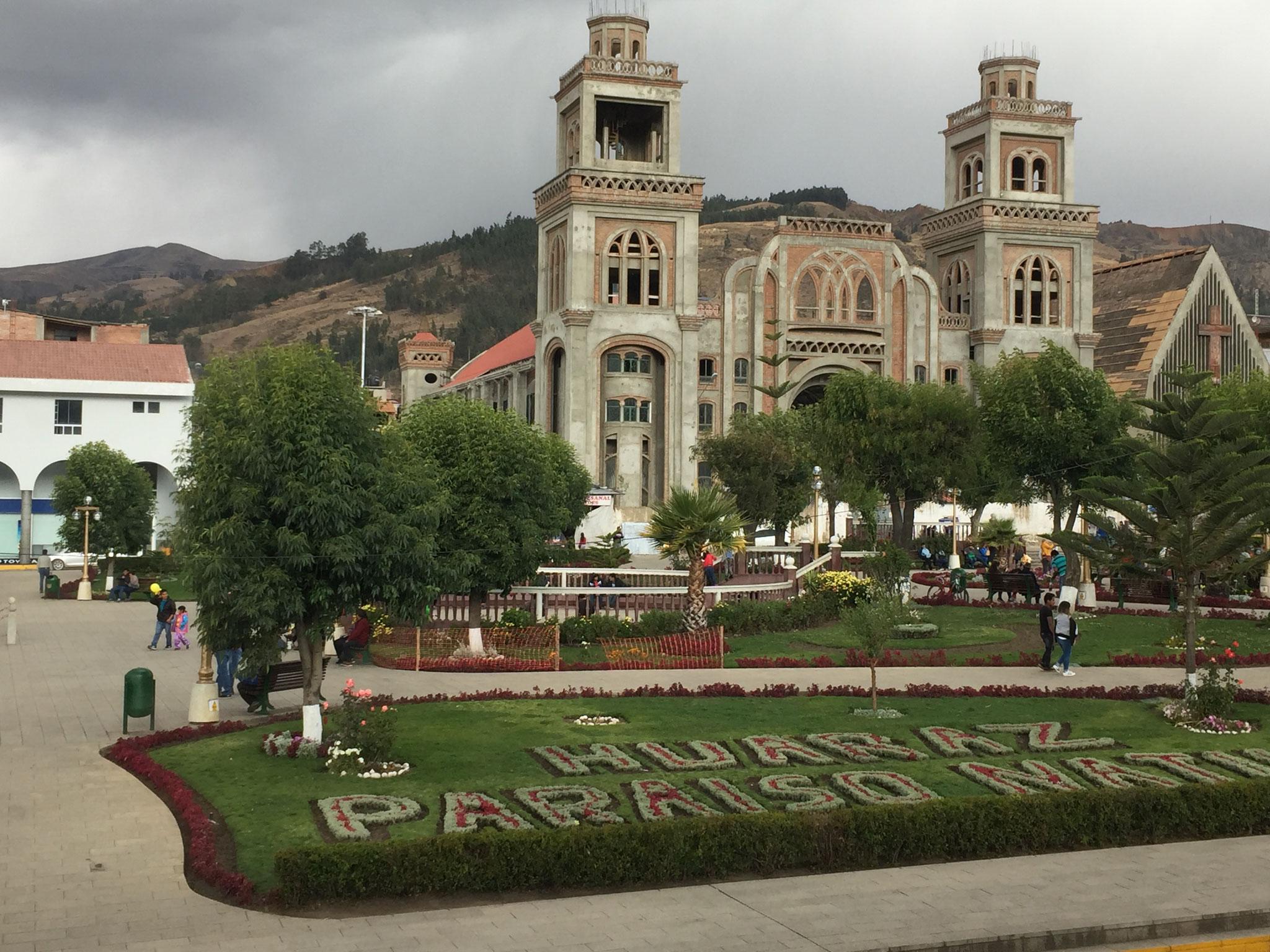 Hauptplatz in Huaraz mit neuer Kirche
