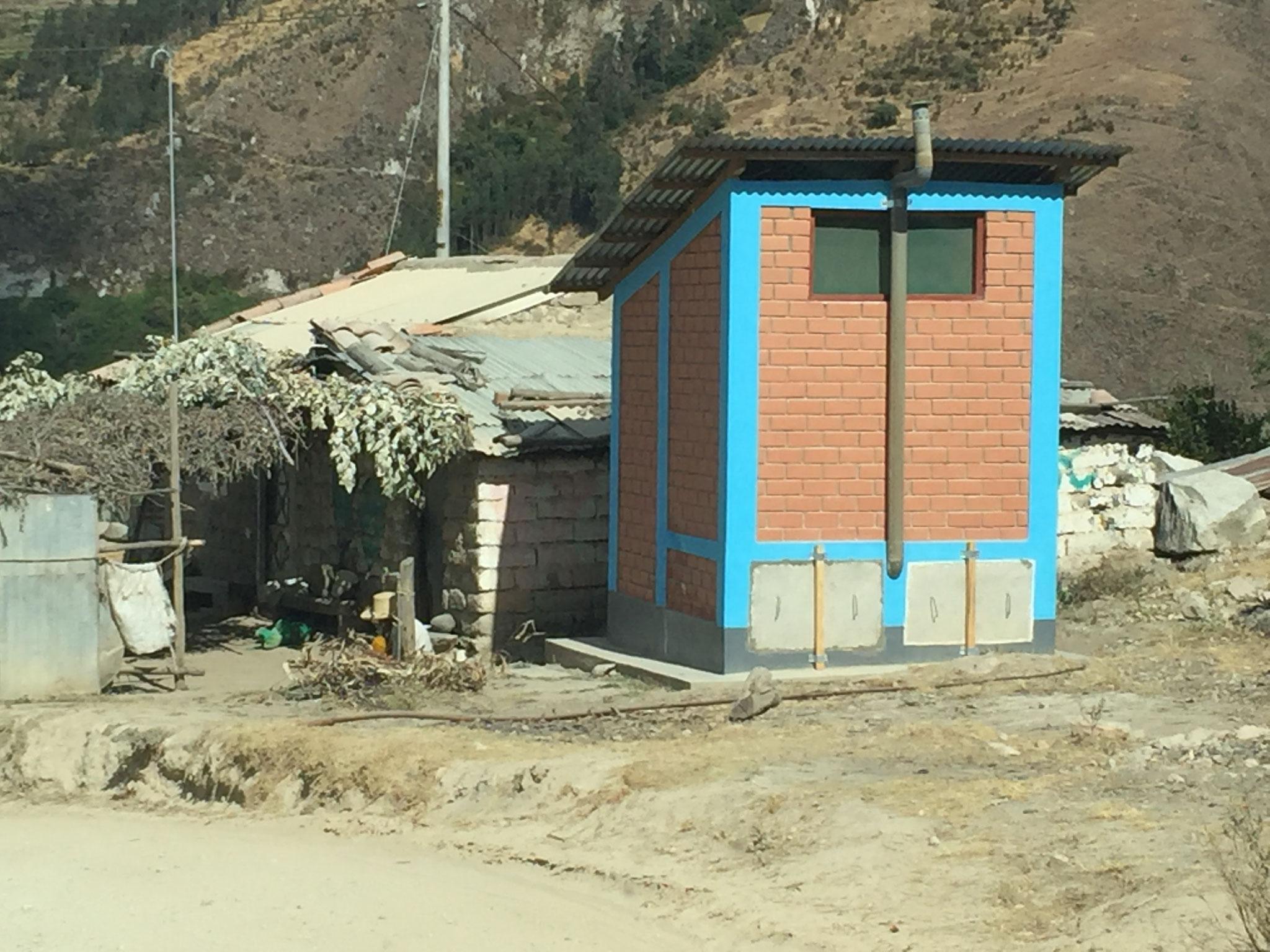Einheitstoilettenhäuschen in den Dörfern