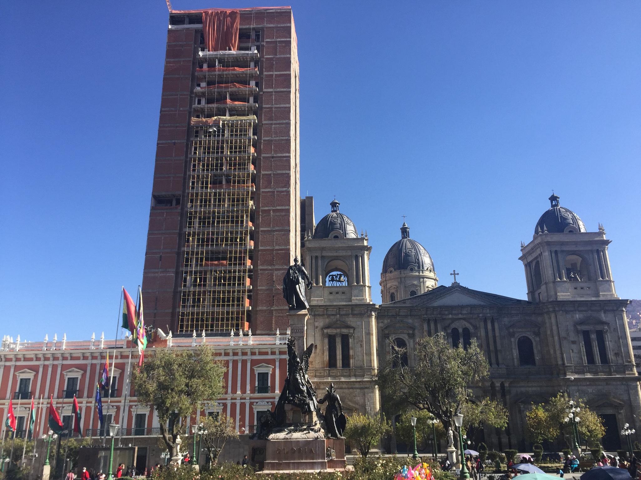 Hauptplatz mit Parlament und Wolkenkratzer vom Präsidenten
