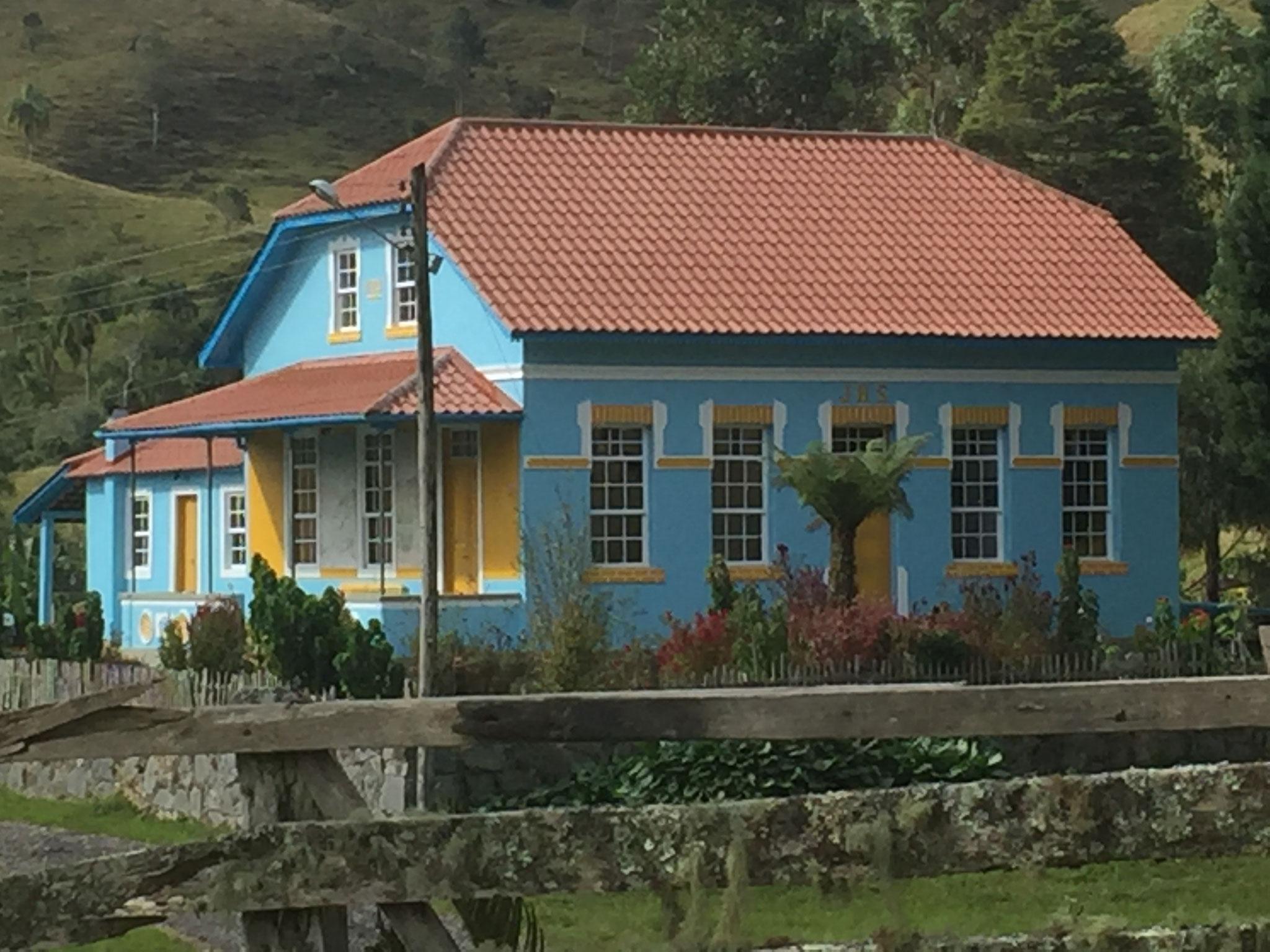 Viele farbige Häuser in den Tälern