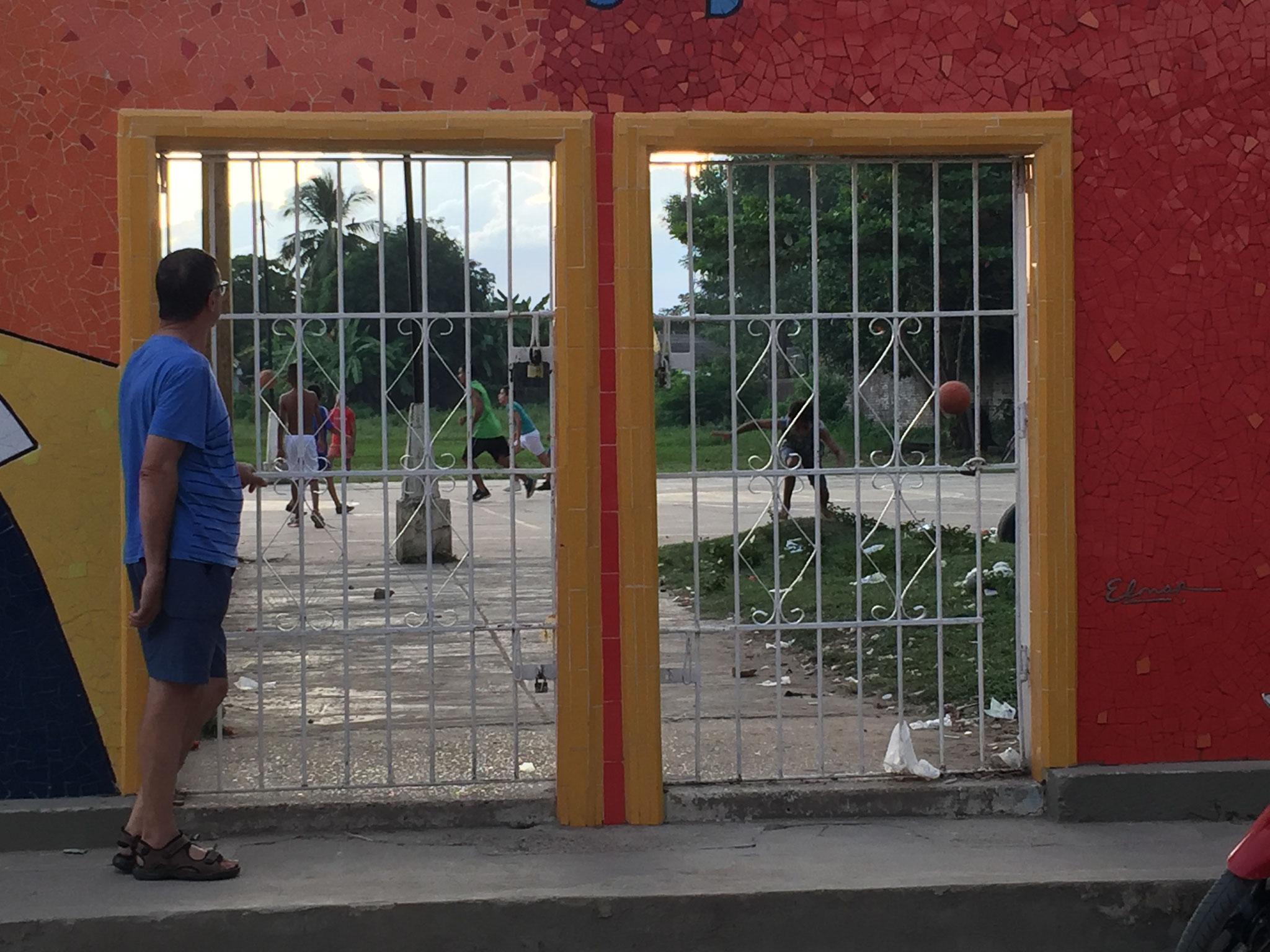 Fussballspiel hinter Gittern