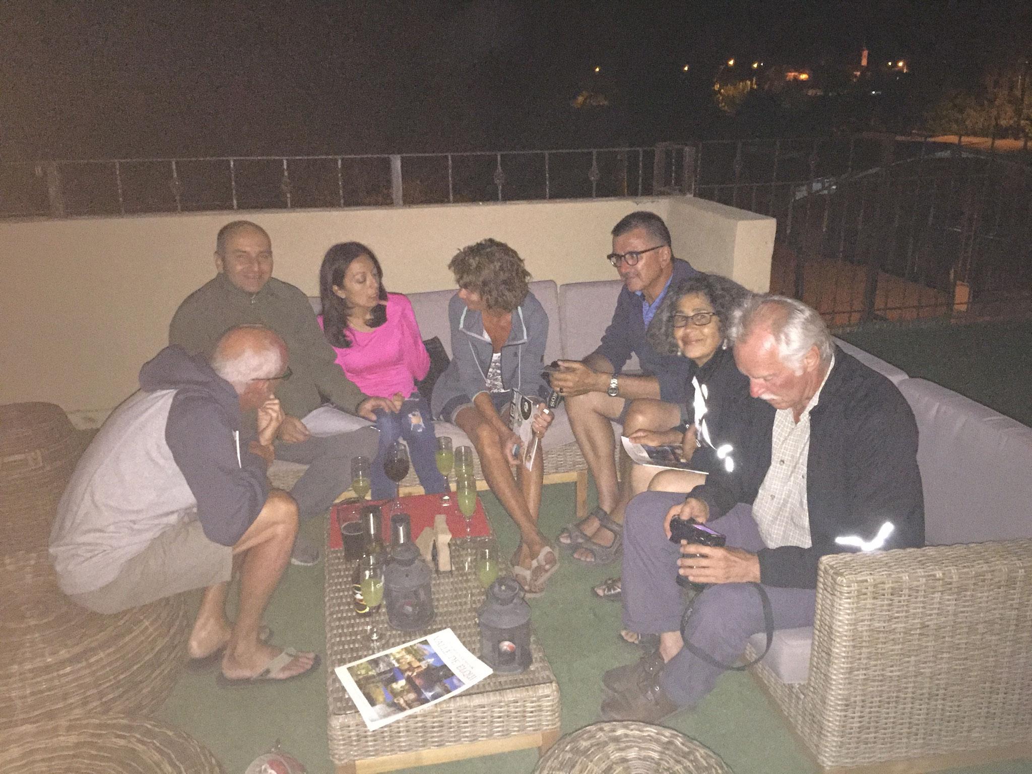 .... und mit dem Hotelbesitzer und Reisenden auf der Terrasse im Hotel