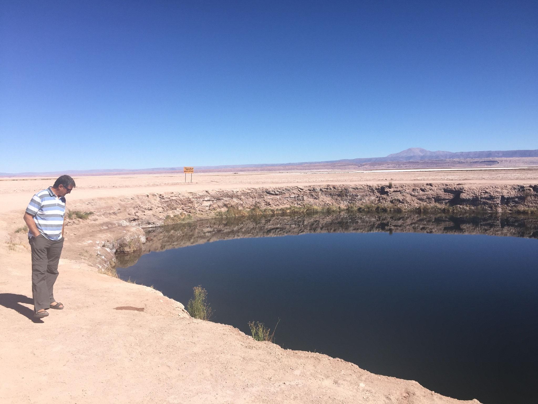 Mitten auf dem Salar ein Wasserloch