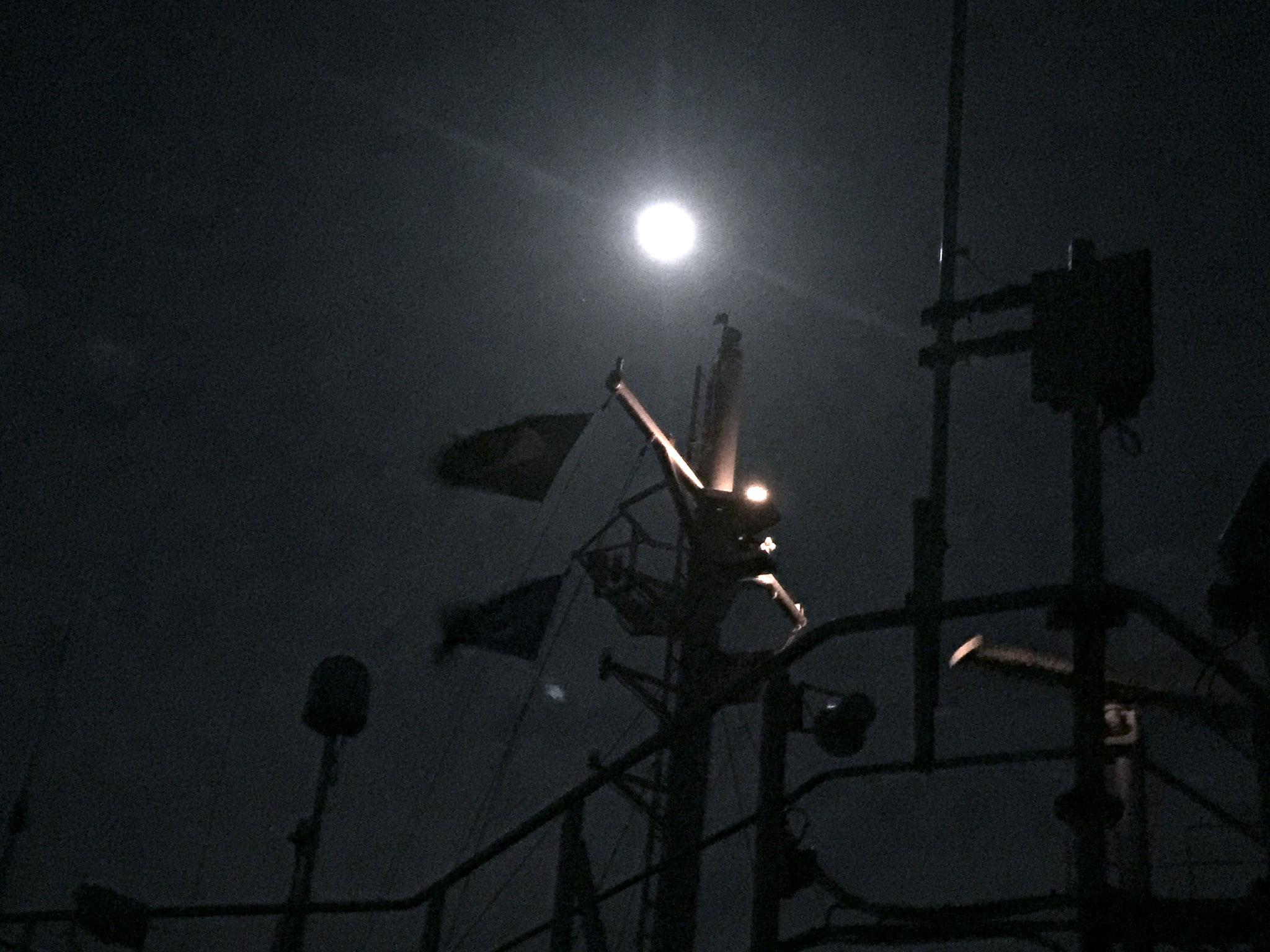 Vollmondnacht während dem Auslaufen in Montevideo