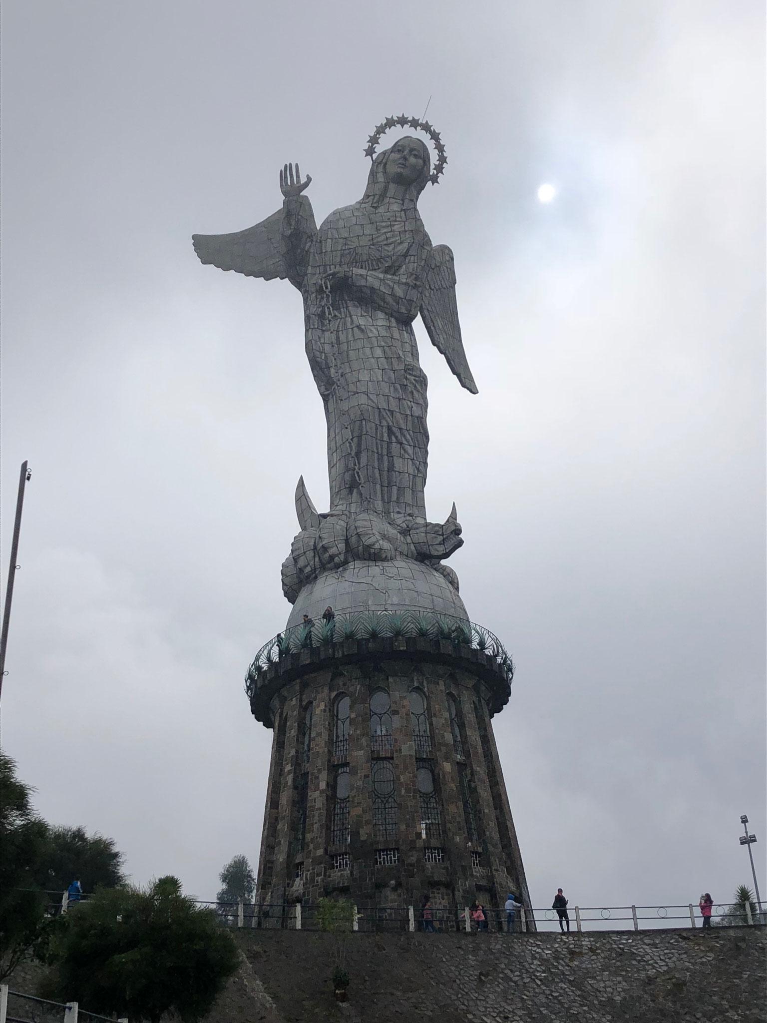 Mariafigur auf dem Hügel