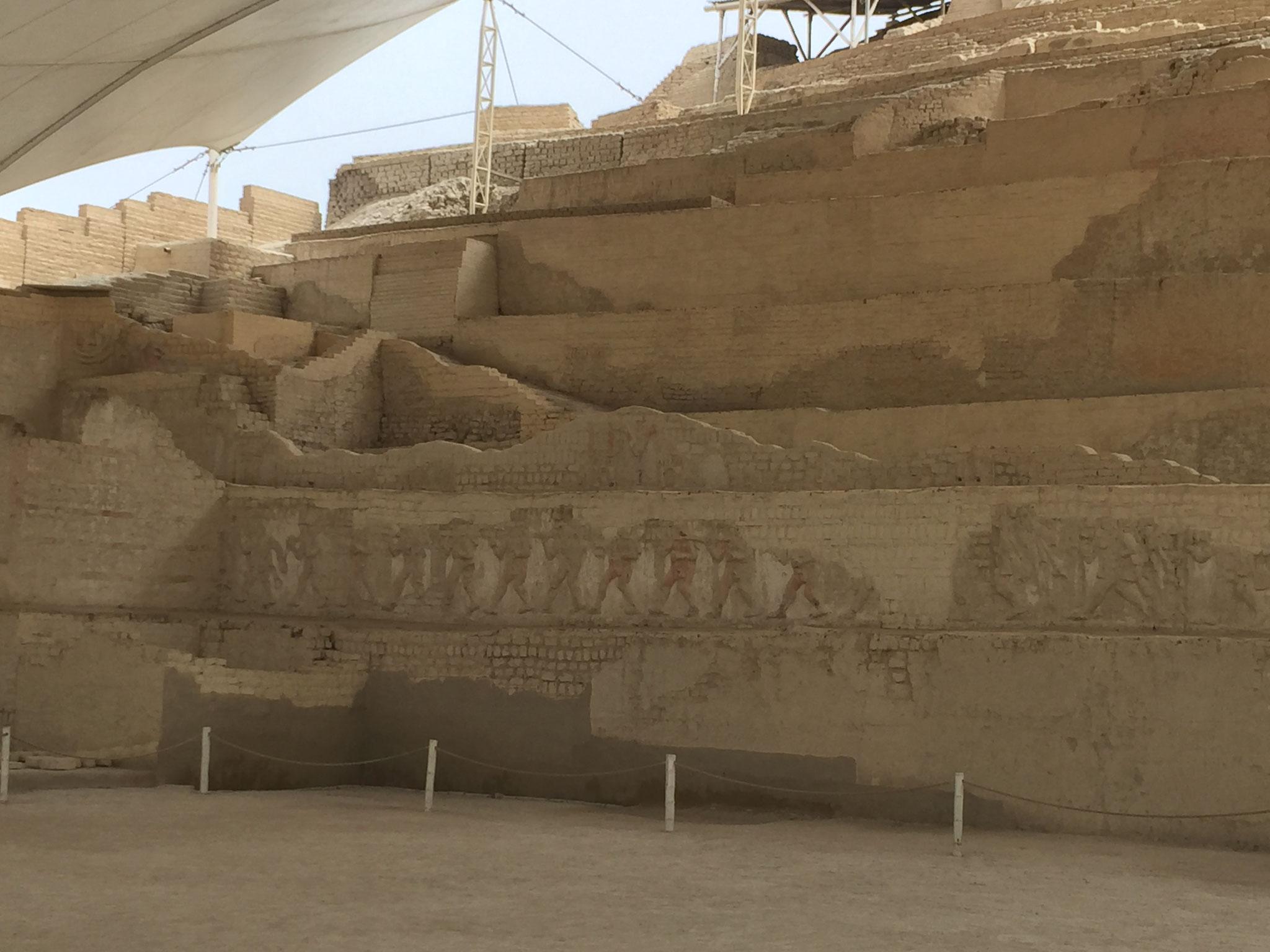 Pyramide El Brujo mit Wandverzierungen