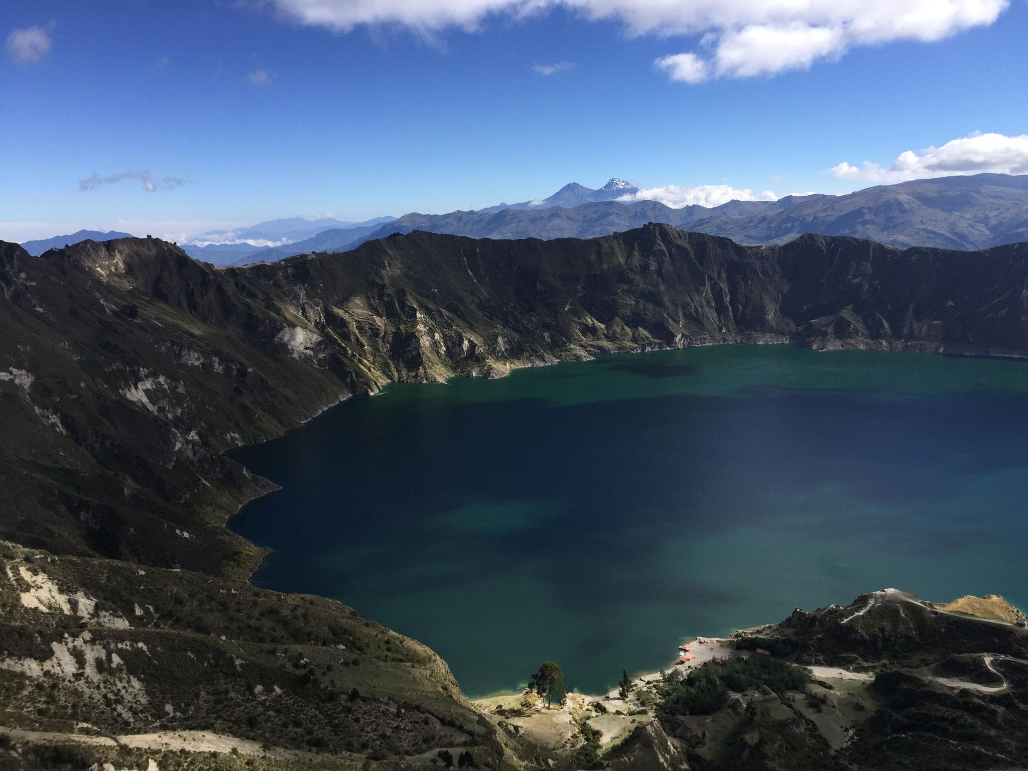 Lagune Quilotoa mit Illiniza im Hintergrund