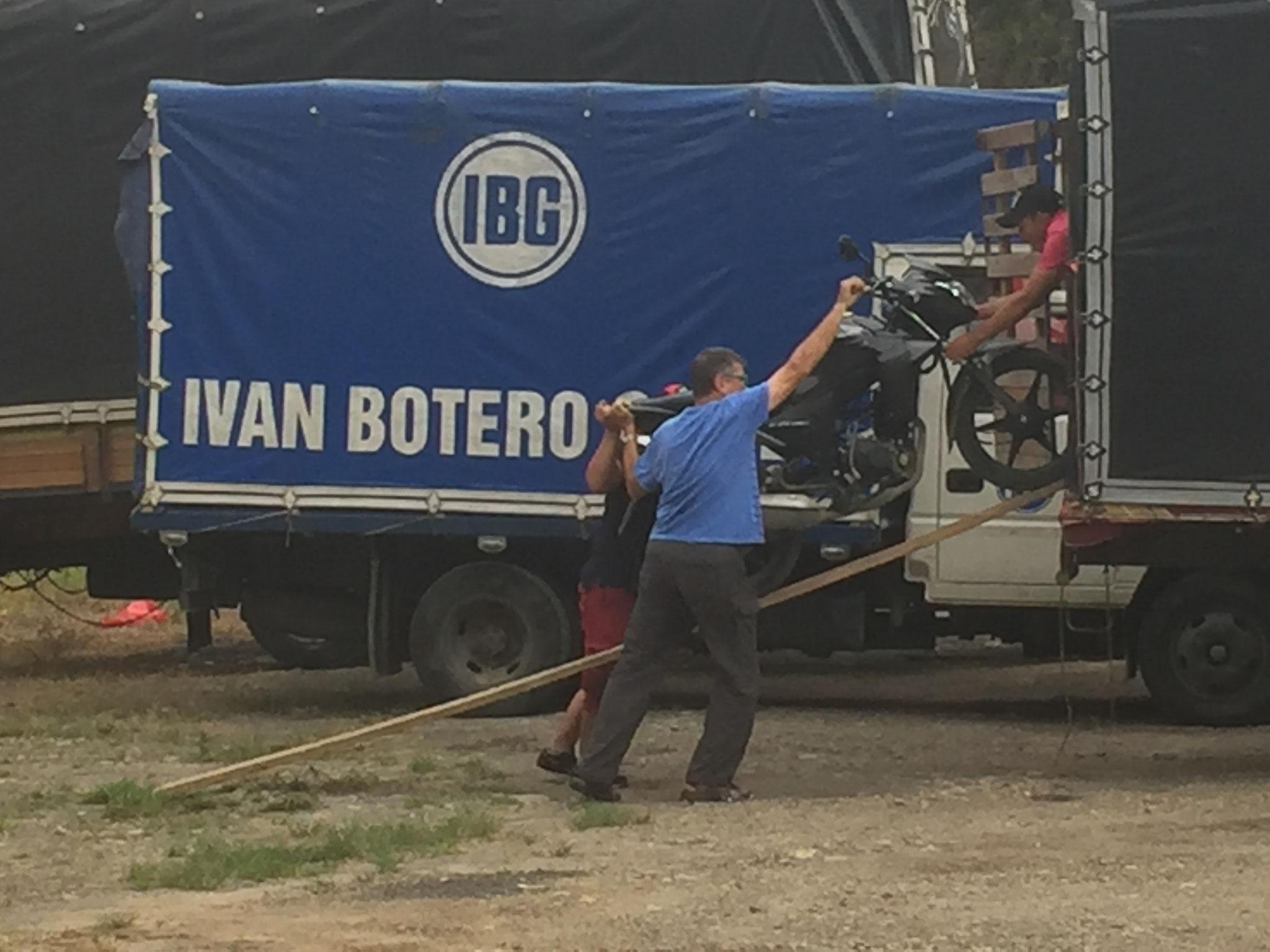Beat hilft ein Motorrad in den Laster zu schieben