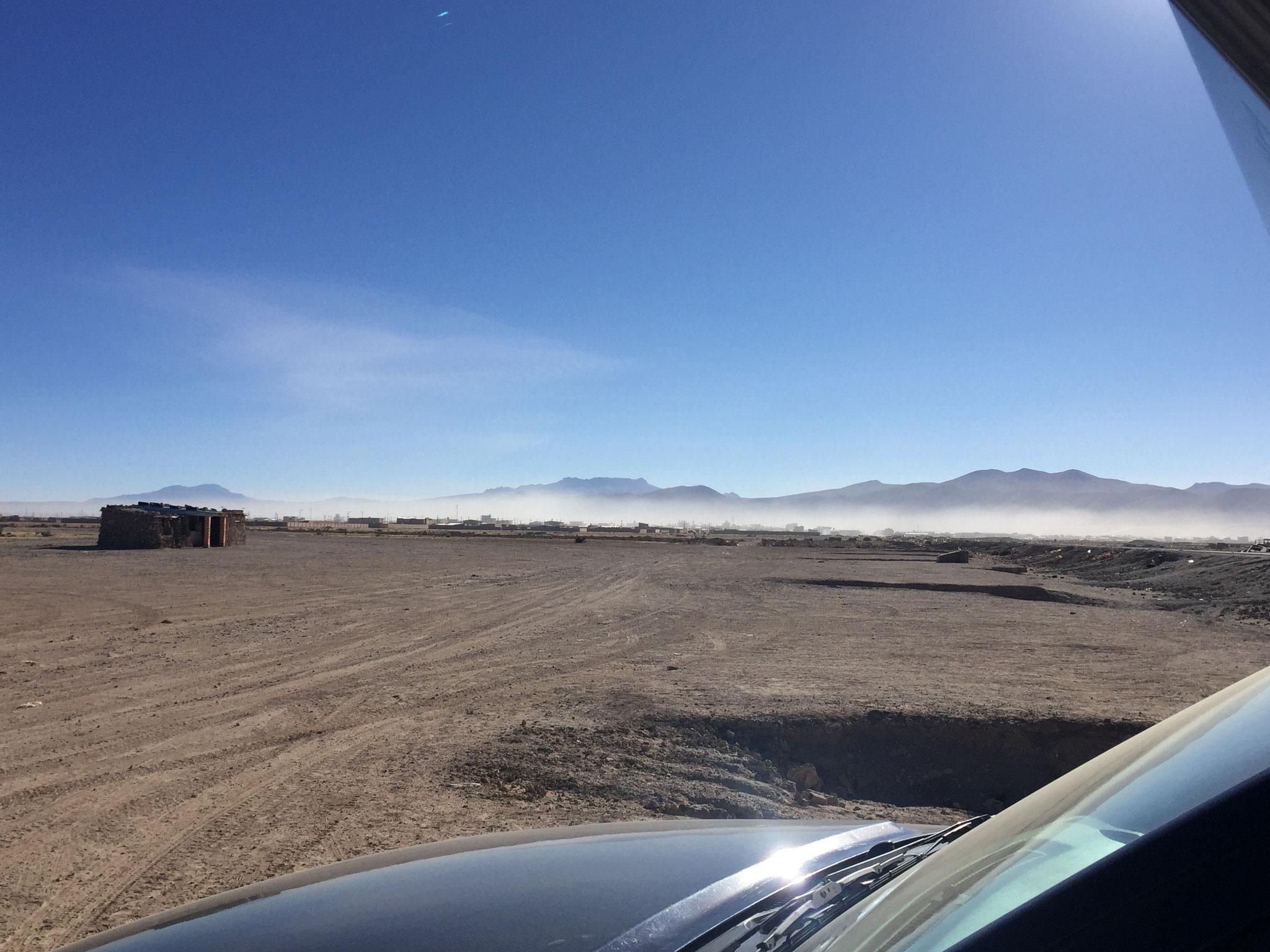 Sand über der Wüstenstadt Uyuni
