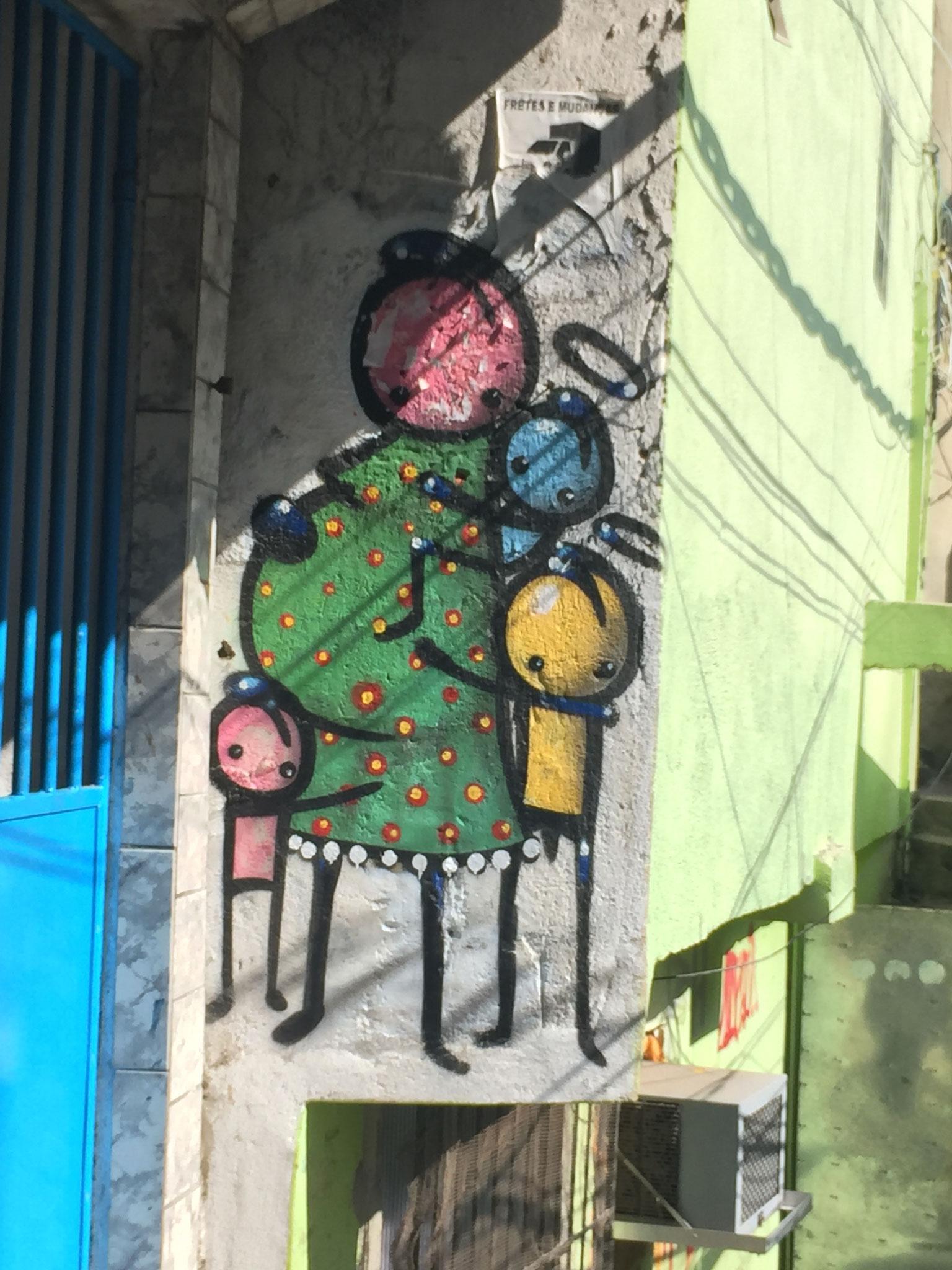 Künstler in der Favela mit Englemalereien