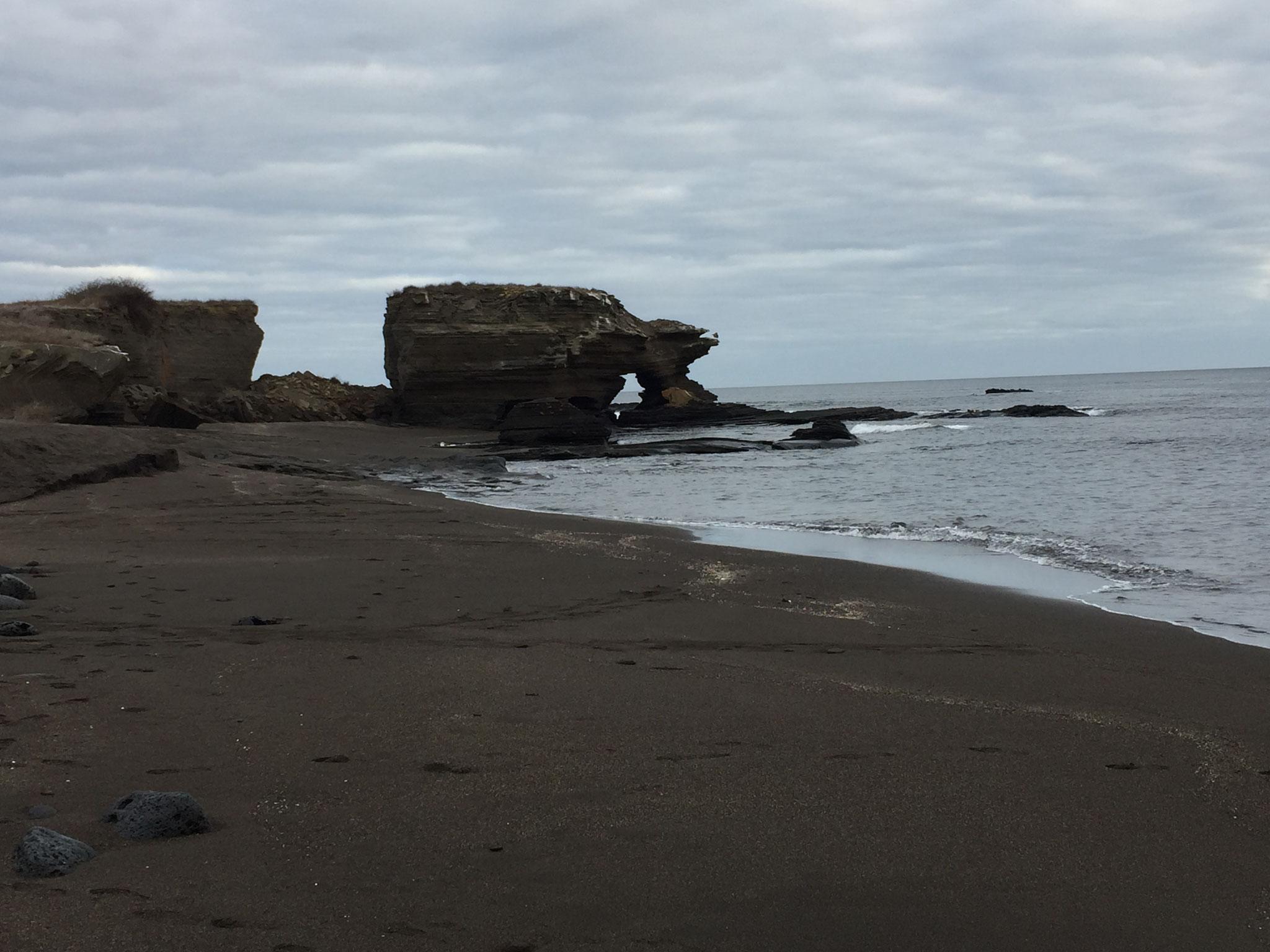 schwarzer Strand auf der Isla Santiago