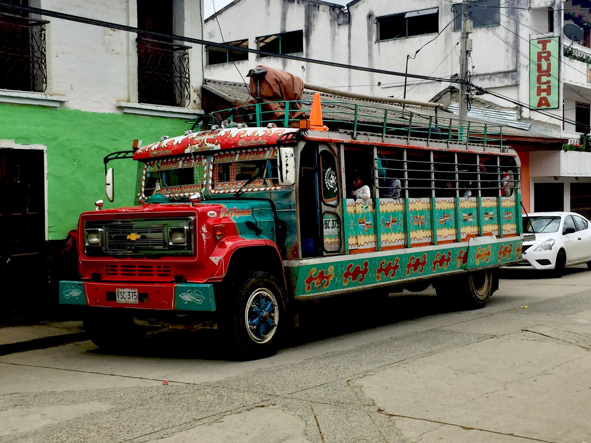 Bus in den kolumbianischen Anden
