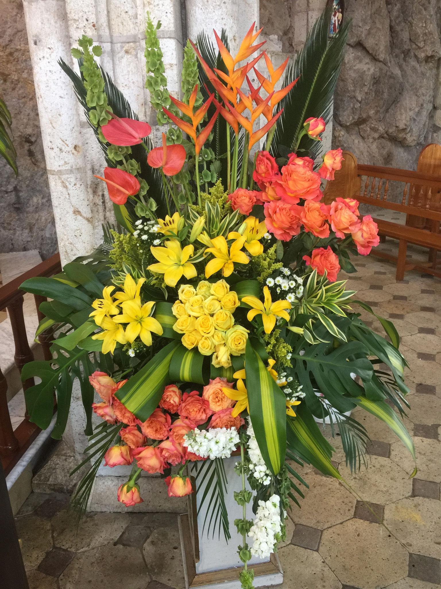 mit schönem Blumenschmuck