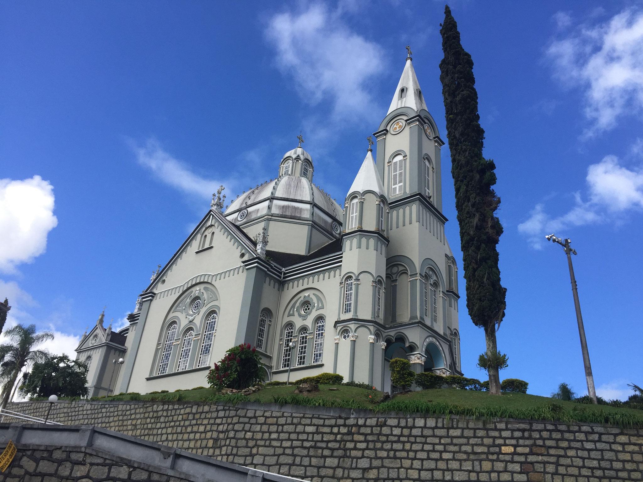 Kirche in einem Bergdorf