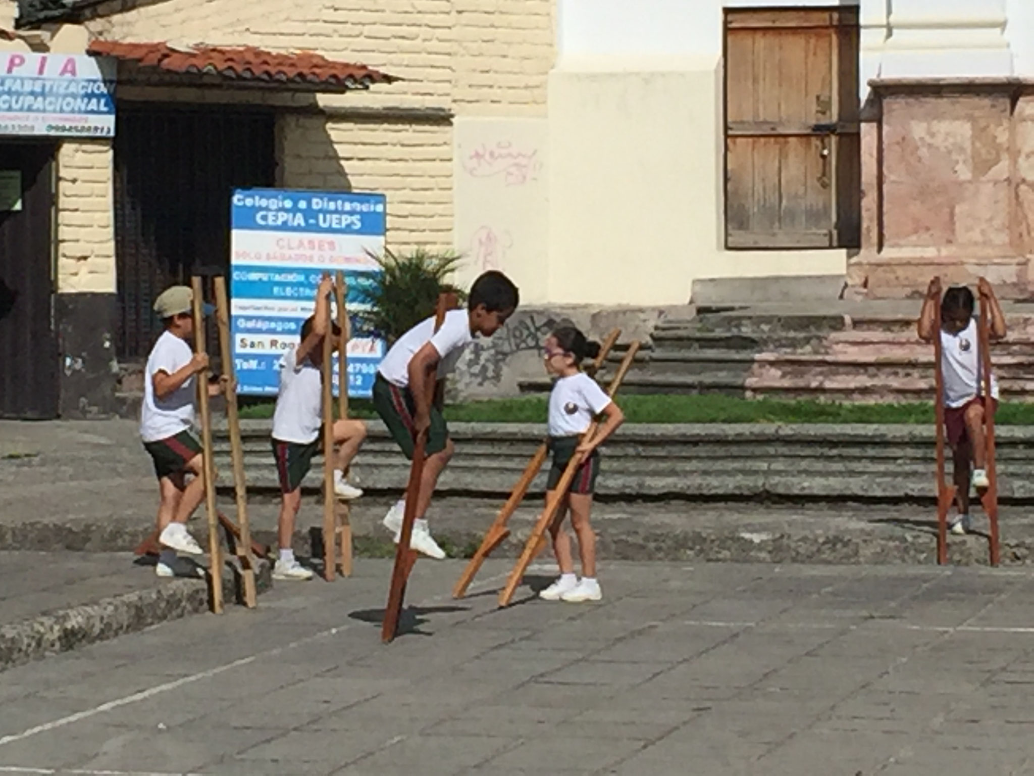 Turnstunde vor der Kirche in Cuenca