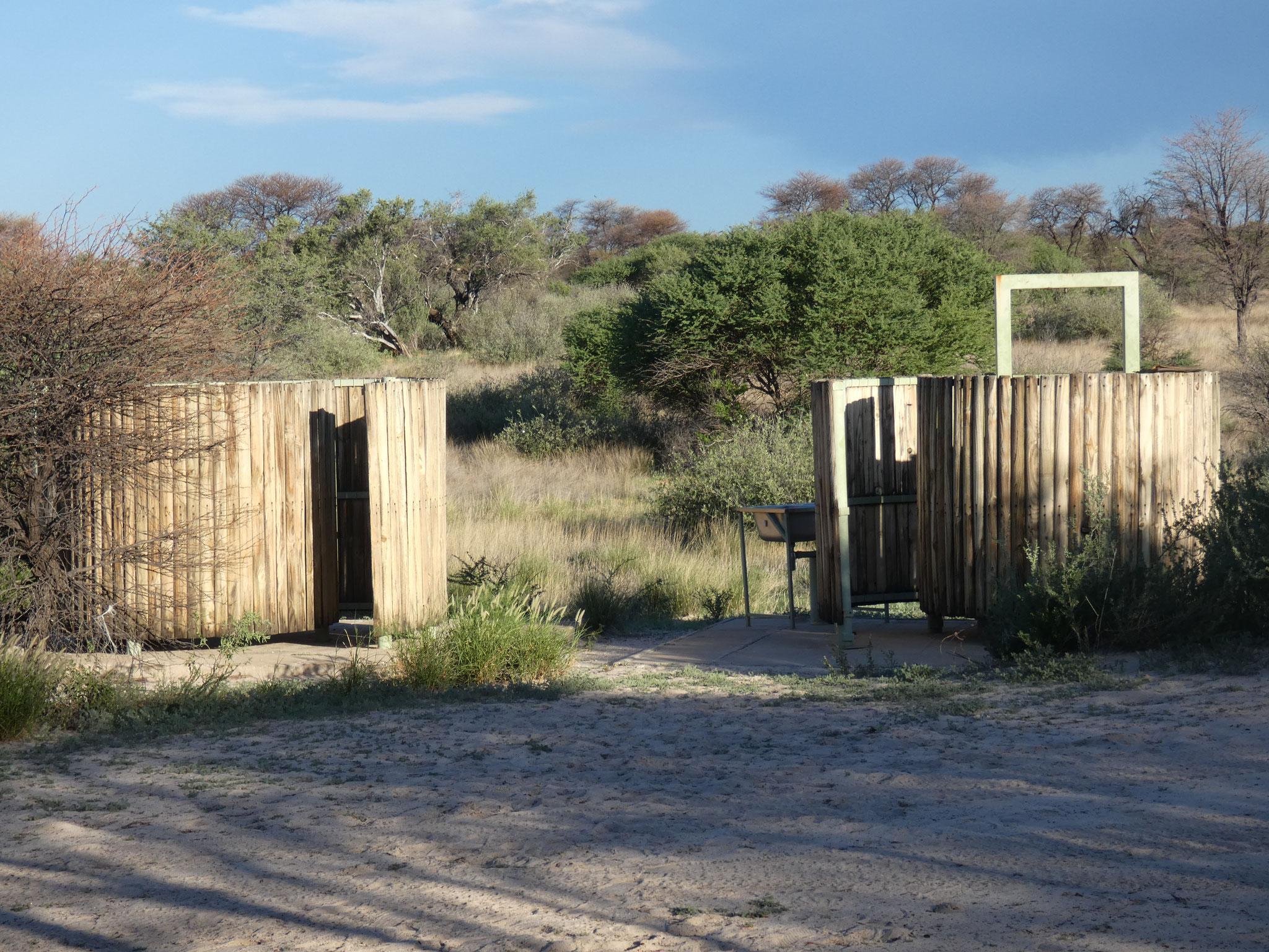 unser Camp mit Dusche und Plumpsklo