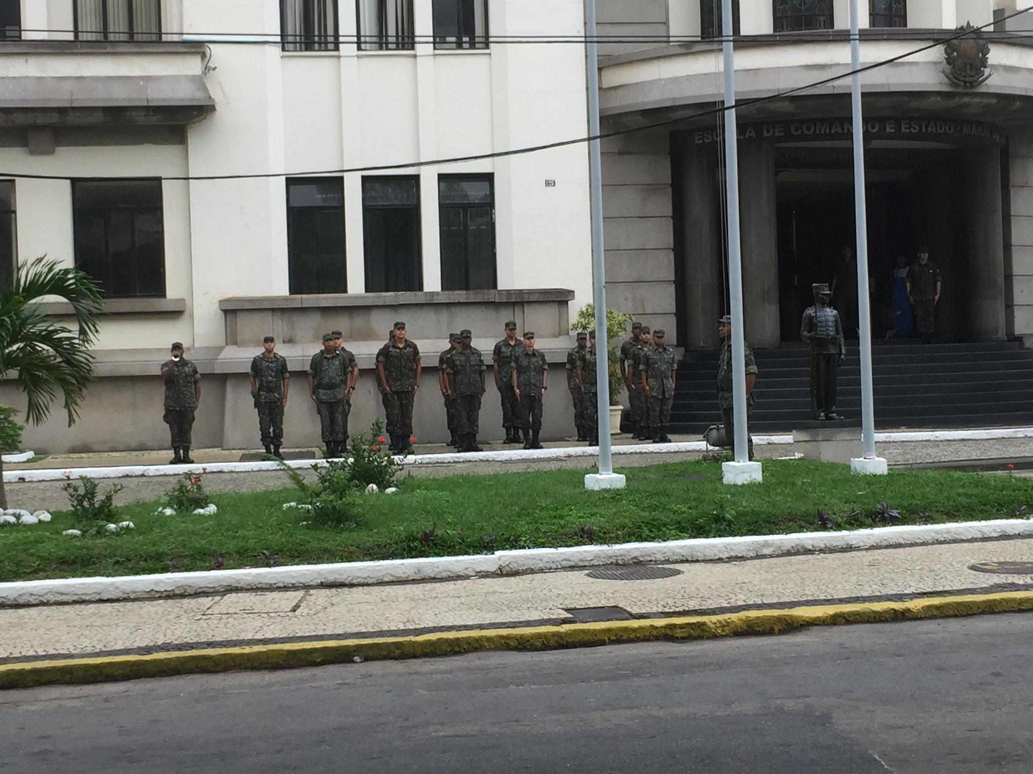 Militär neben dem Stellplatz