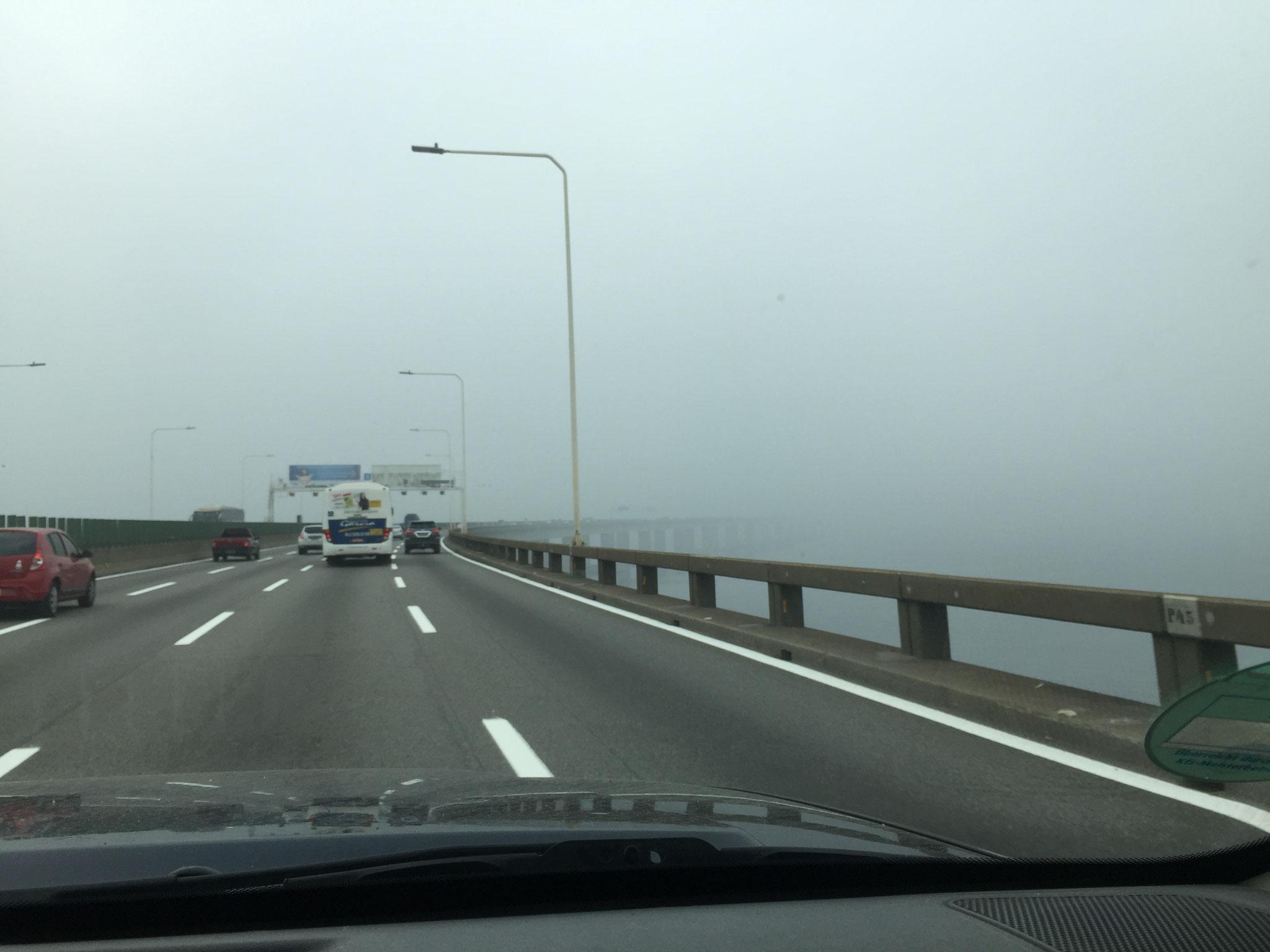 Niteroibrücke im Nebel