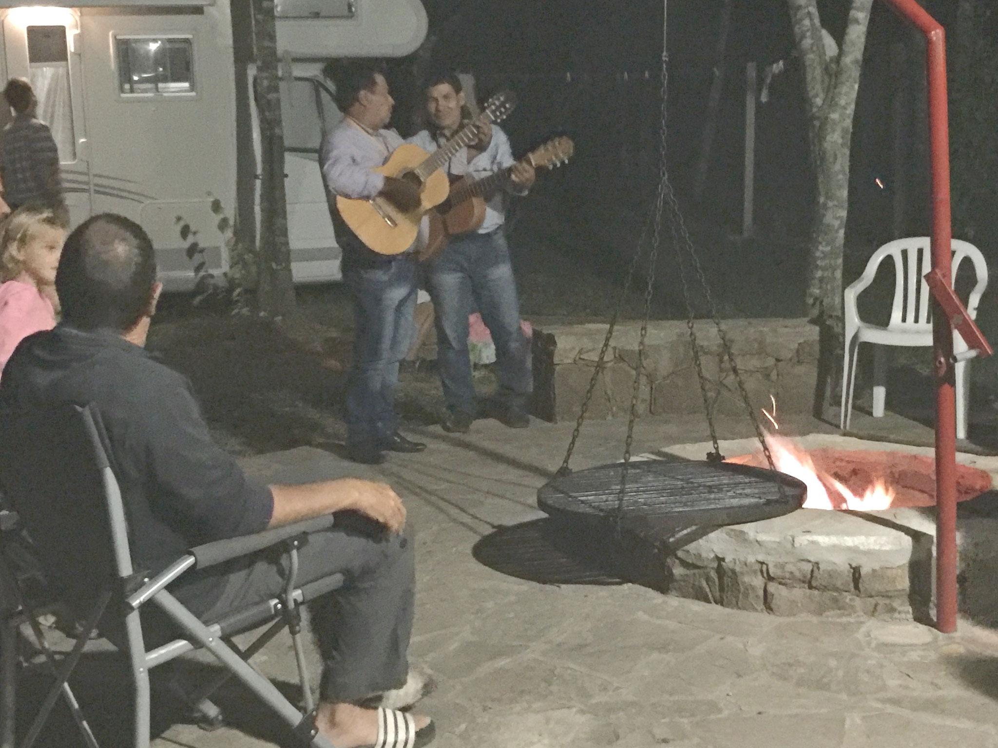 ... und paraguayische Musiker am Grillplatz...