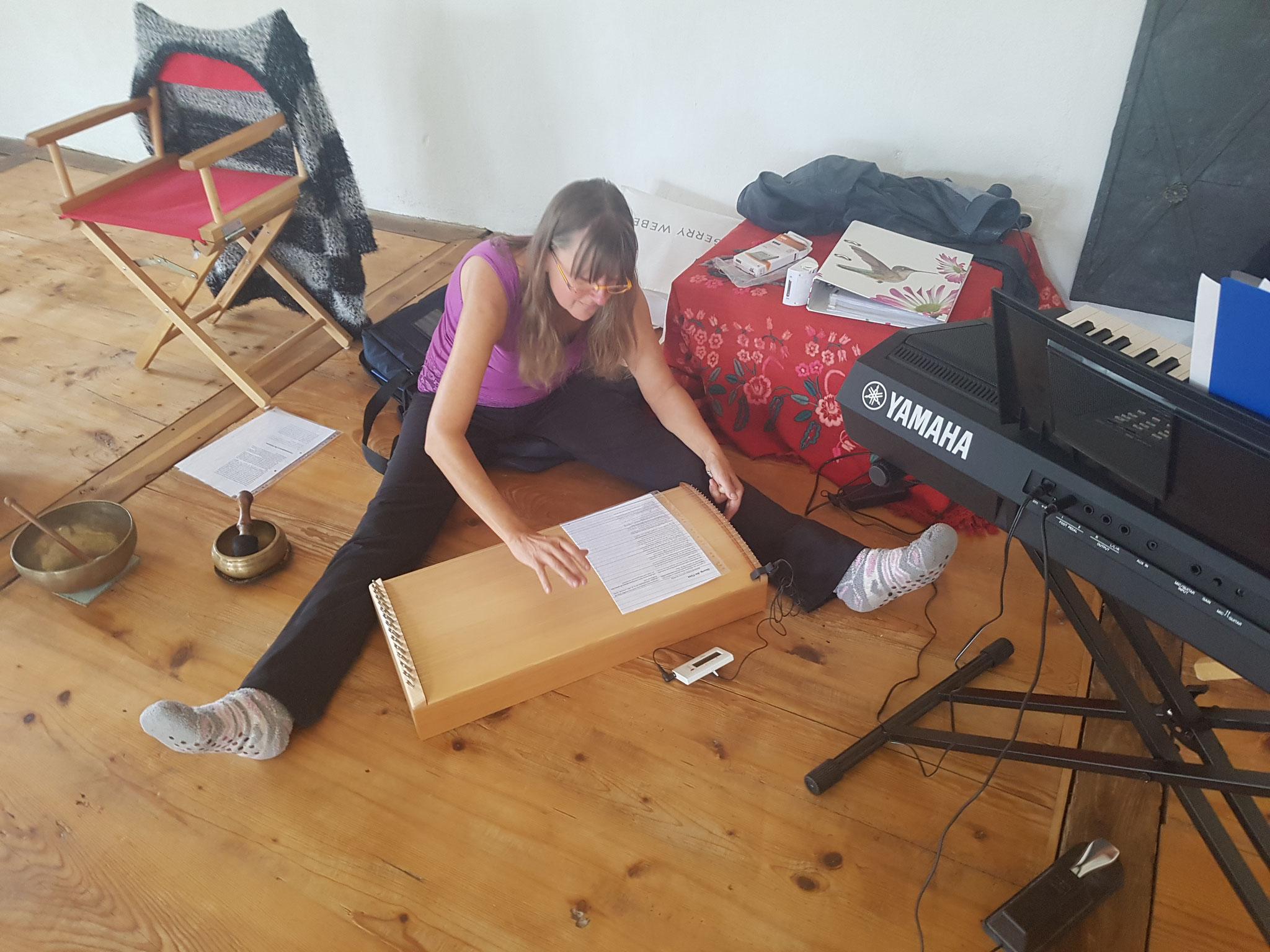 Ramona beim Stimmen der Tambura im Yoga-Sitz :-)