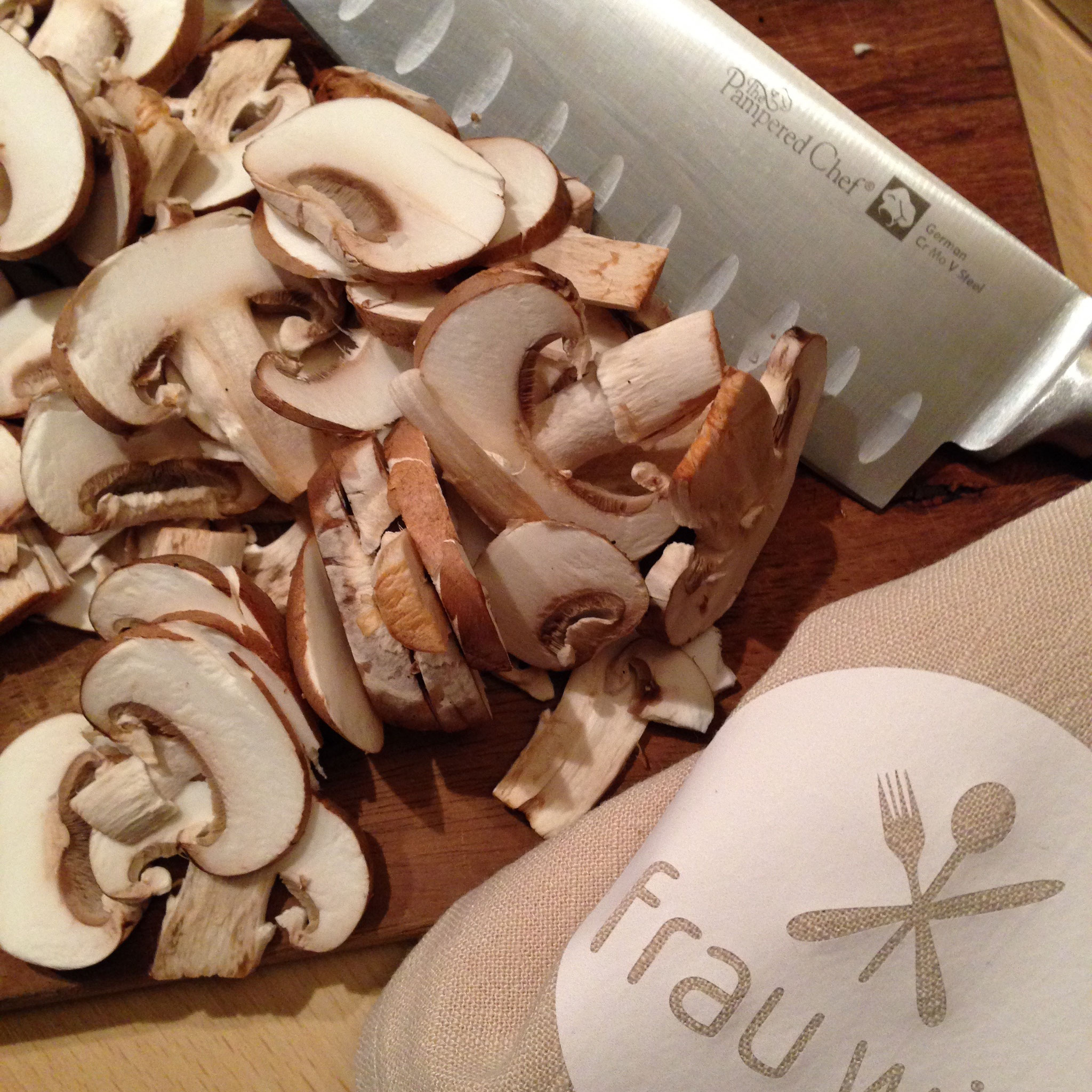 Die Pilze in feine Scheiben schneiden und hinzugeben