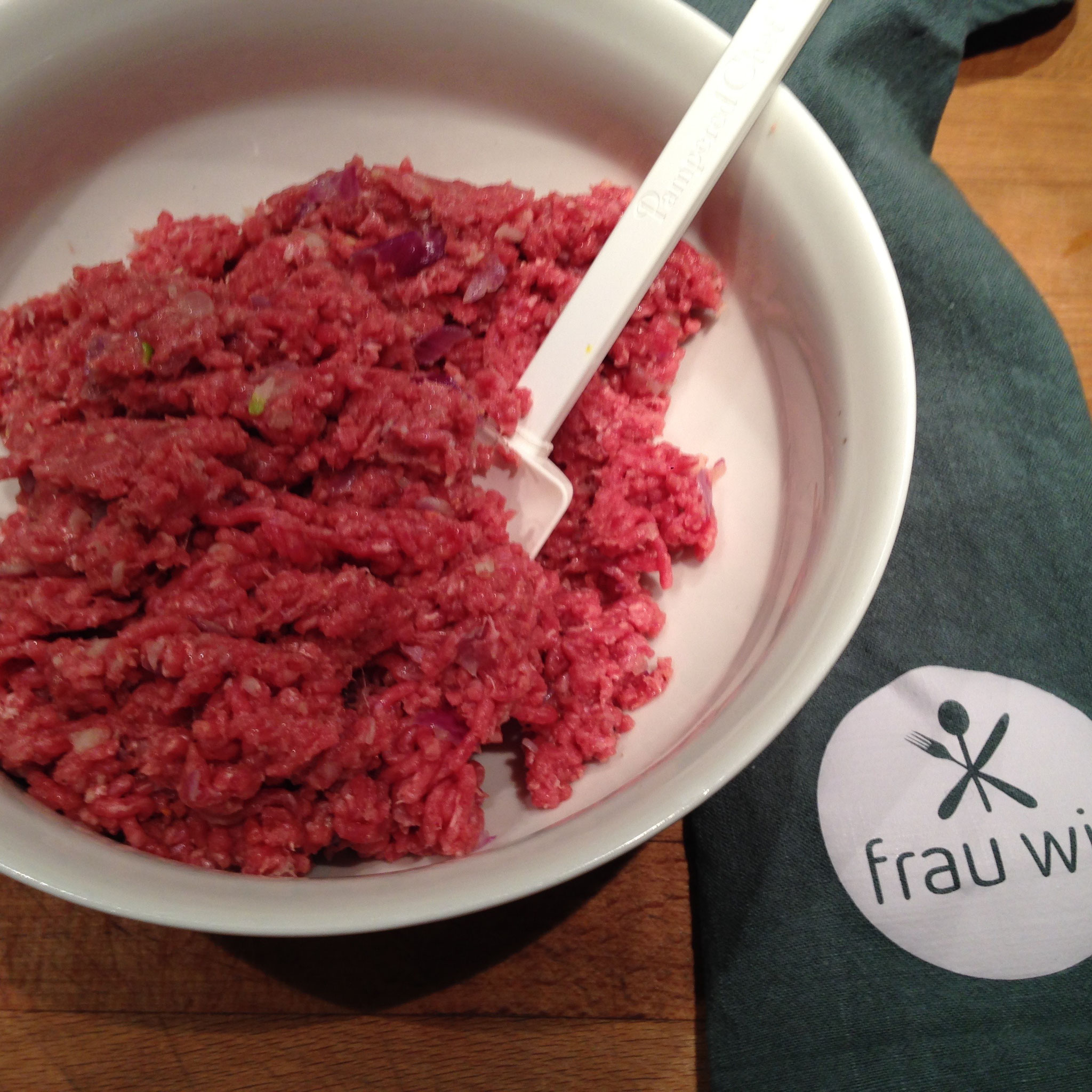 Den Knoblauch und eine der Zwiebeln fein hacken und mit dem Öl anschwitzen. Dann das Hackfleisch, Salz, Pfeffer und Paprika hinzugeben und alles gut vermischen