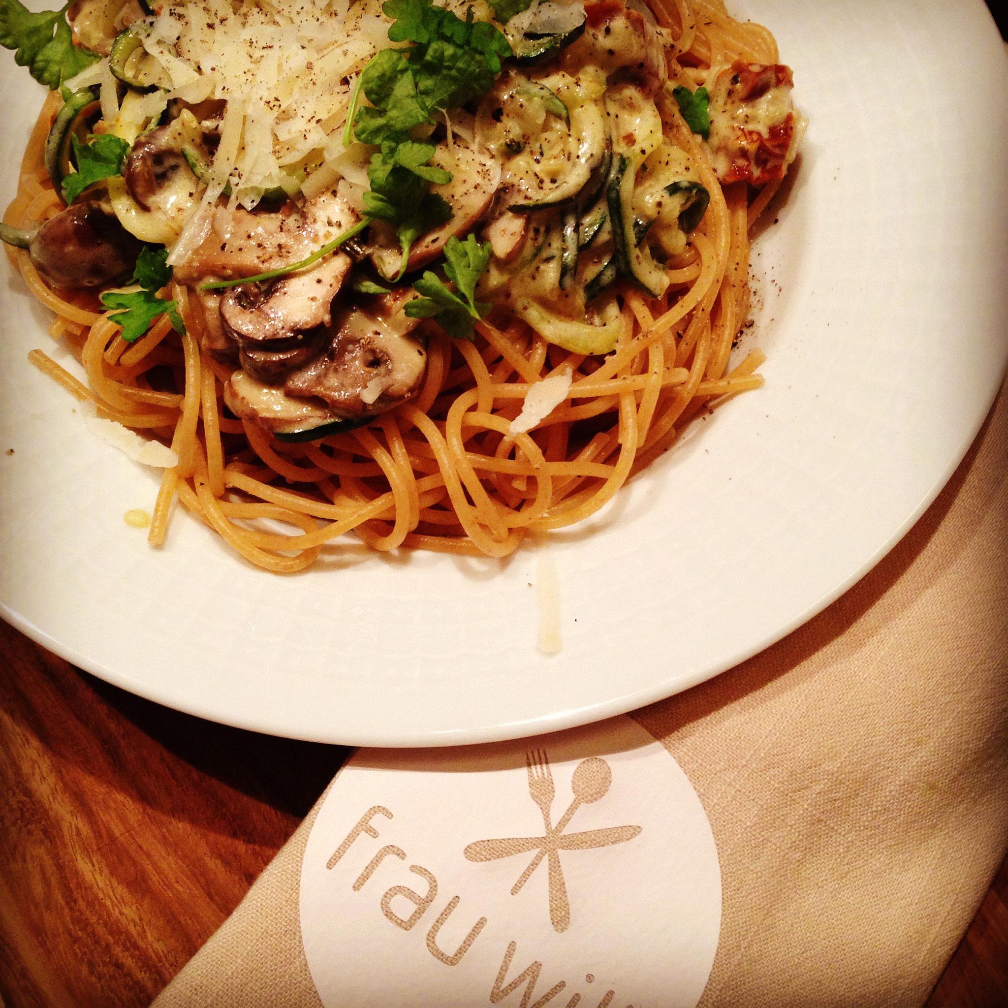 Alles auf Tellern anrichten, mit Parmesan und Petersilie bestreuen und servieren. Lasst es euch schmecken!