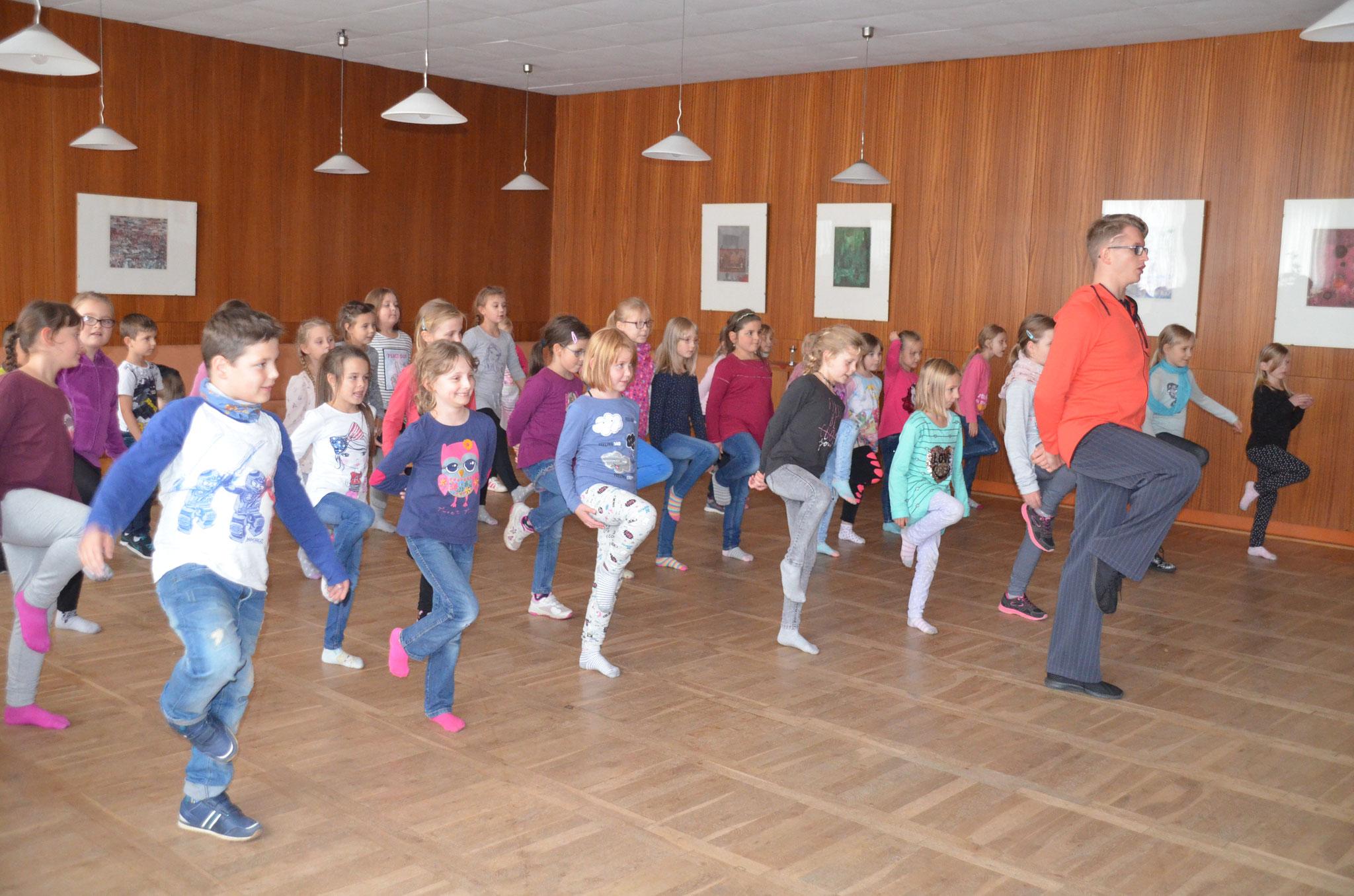 Begeistert folgen die Kinder Trainer Alex Hinrichs und Übungsleiterin Annegret Hauptmann der Einstudierung einer kleinen Choreografie.