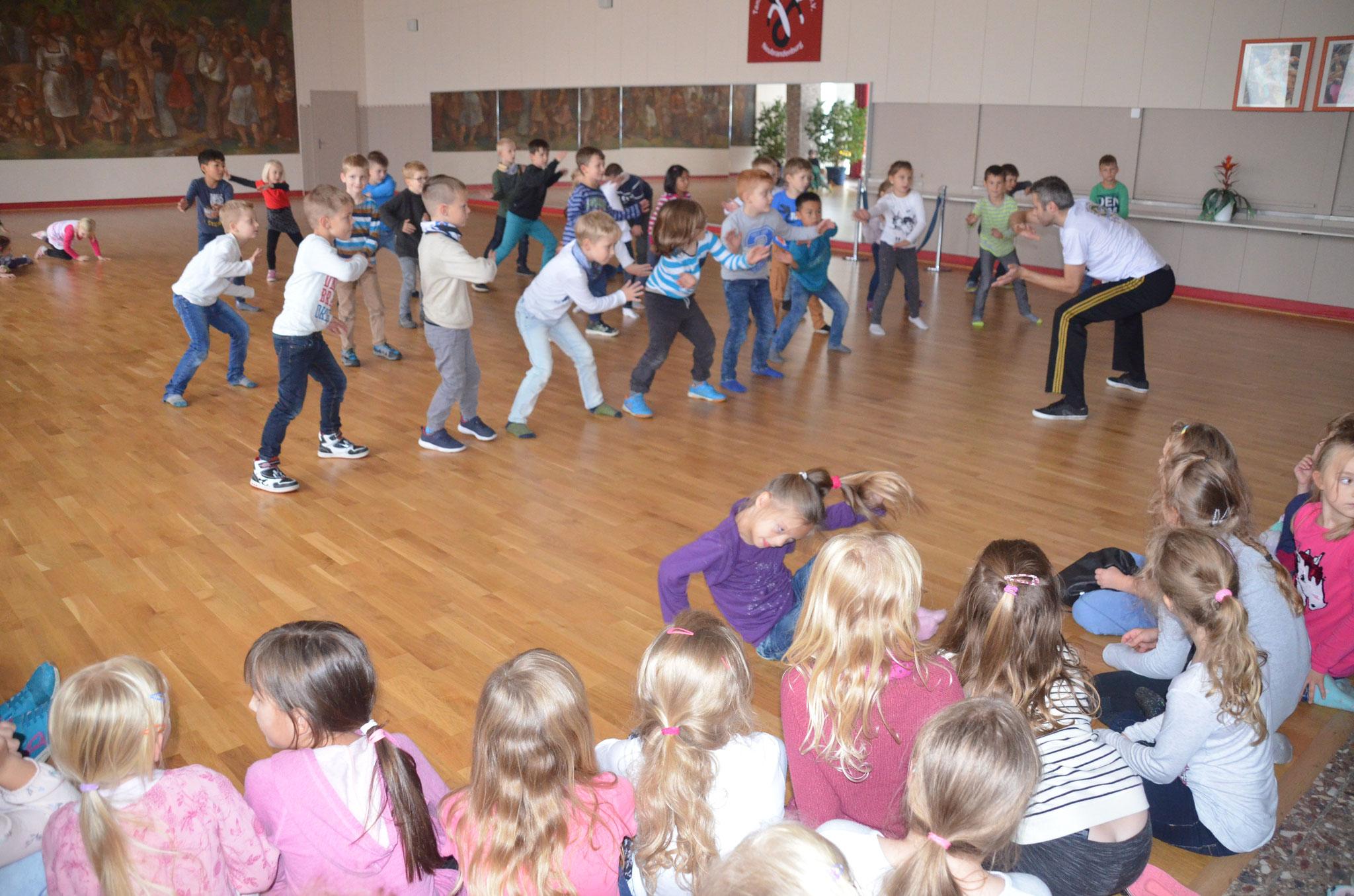 Die Jungen waren beim Capoeira mit Trainer Sandro Arlt voll bei der Sache…