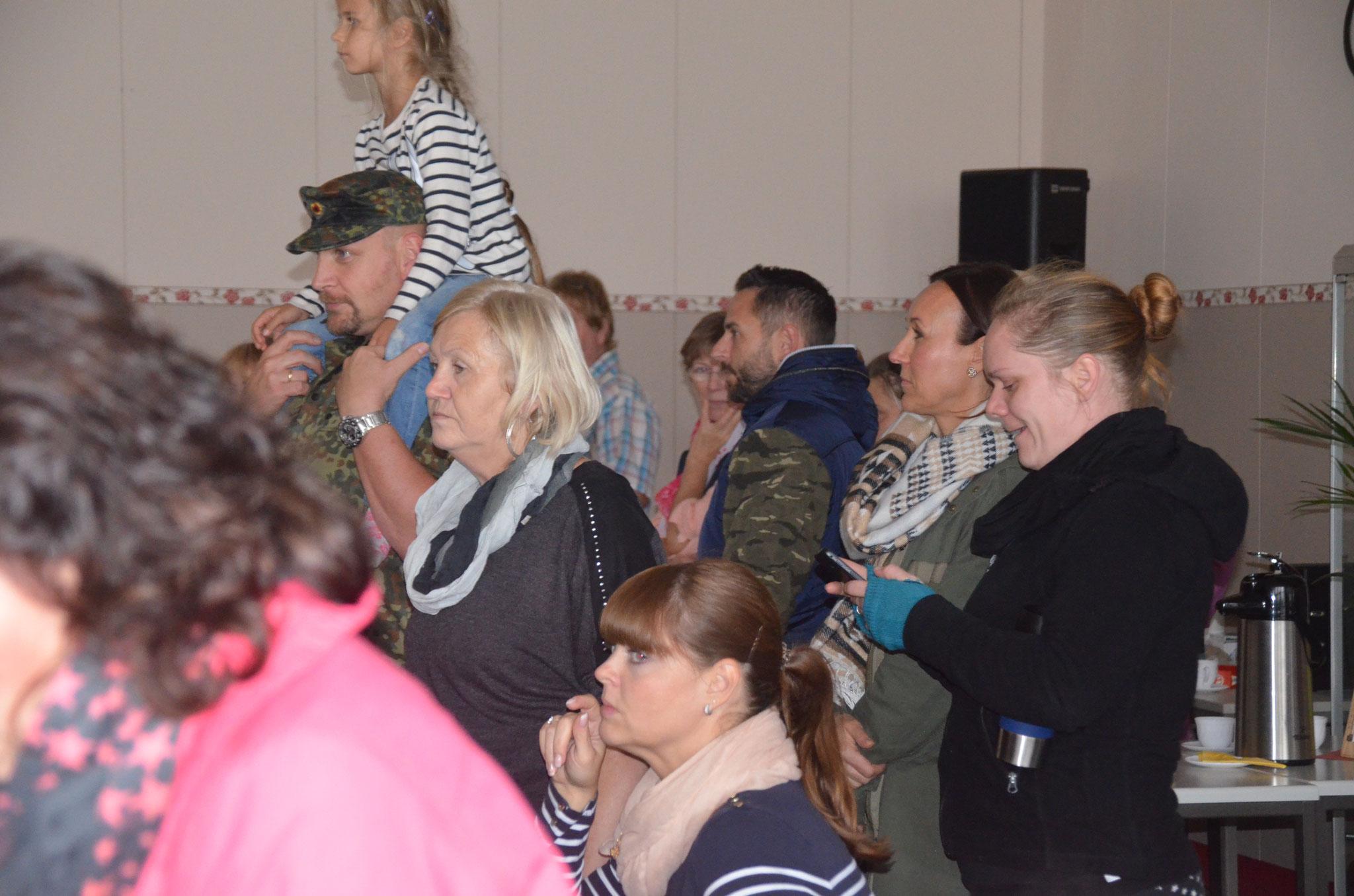 Zahlreiche Eltern, Geschwister und Verwandte kamen zum Tag der offenen Tür, um die Kinder bei der Vorführung der Tänze zuzusehen.