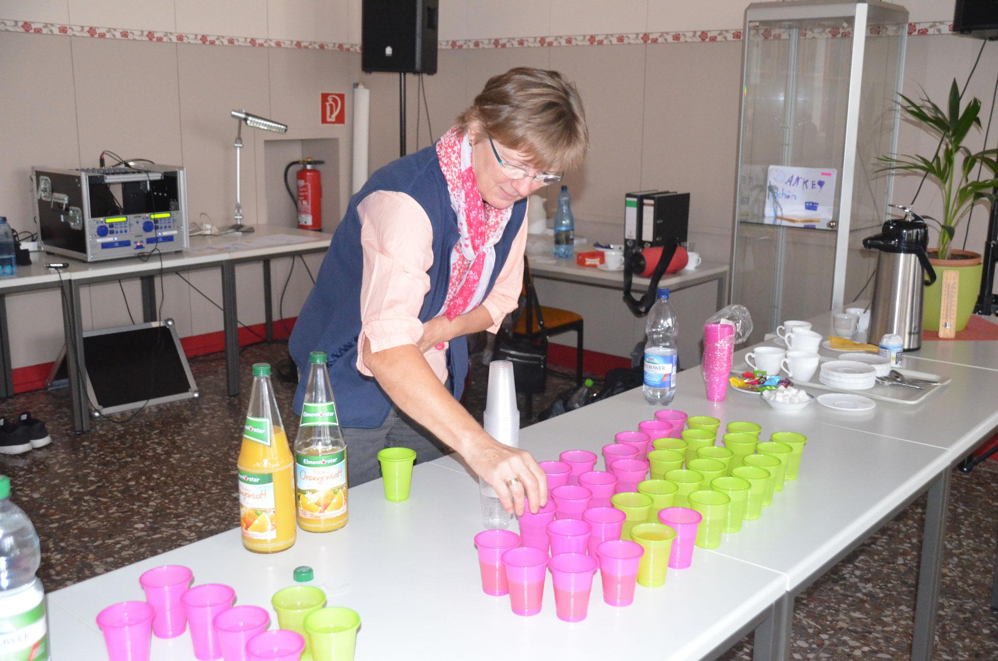 Tanzen macht durstig. Karola Hinz und Silke Sievert vom Tanzclub versorgten die Kinder mit leckerem Saft und Brause.