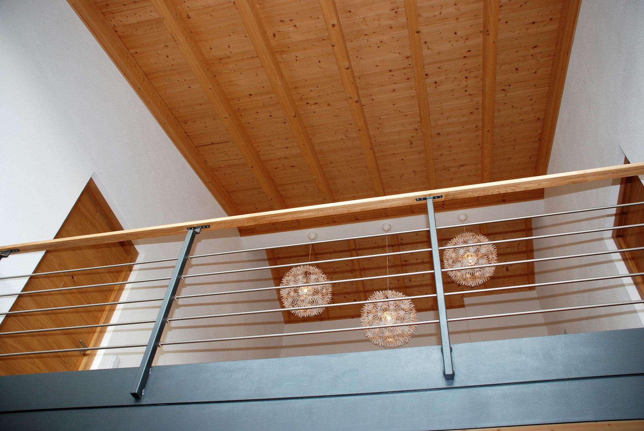 Galeriegeländer aus Edelstall kombiniert mit Holz