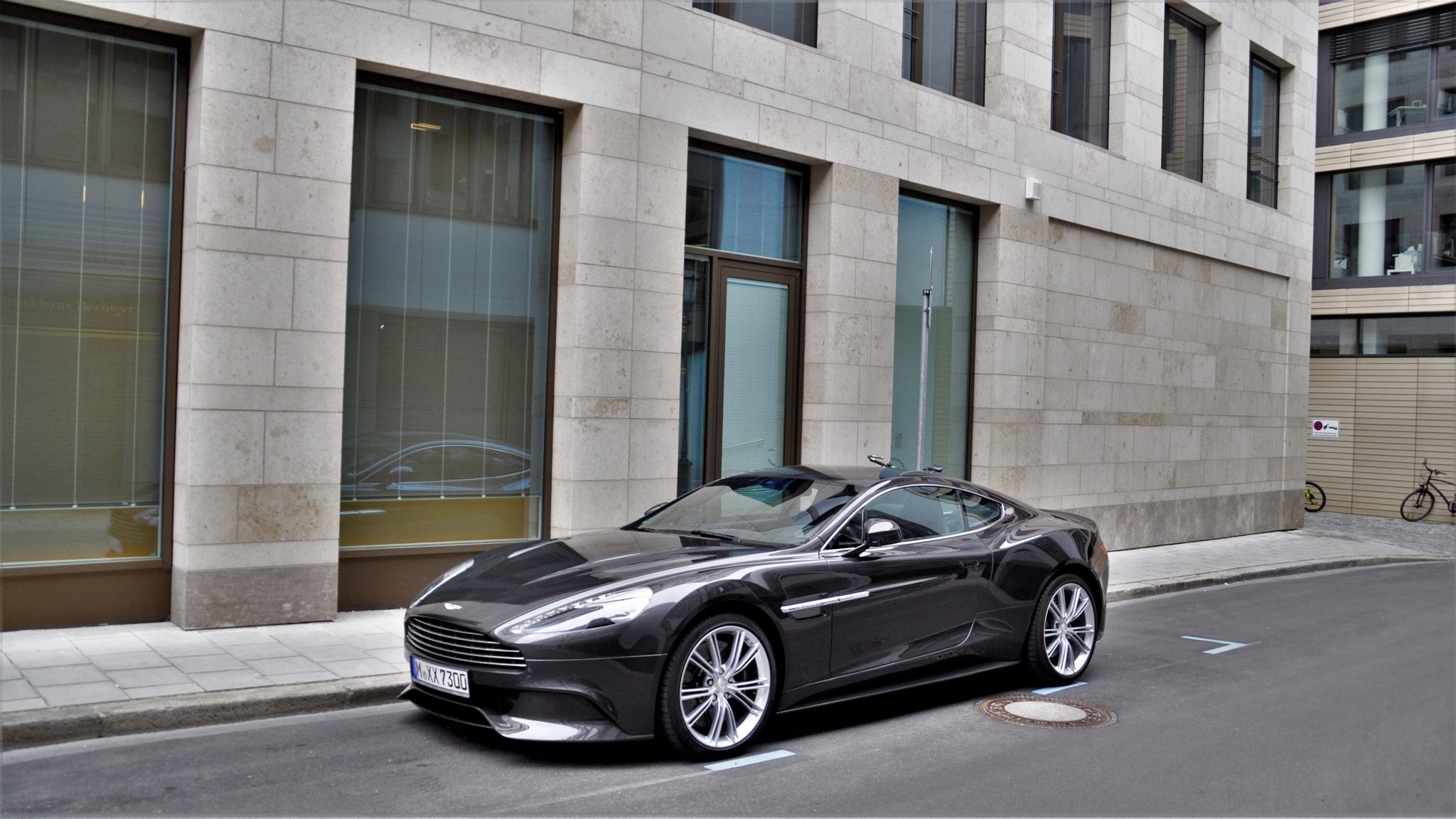 Aston Martin Vanquish - M-XX-7300