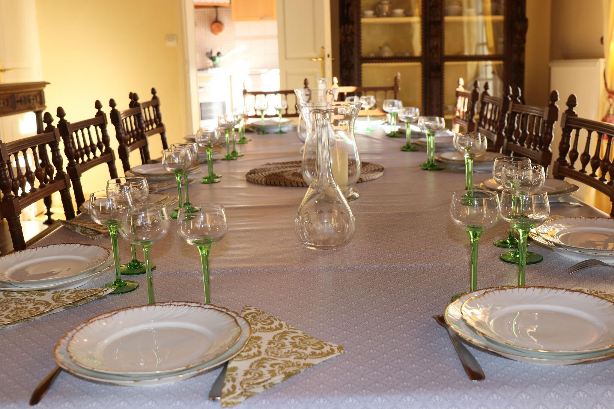 Vaisselle en porcelaine et  verre à pied pour des repas festifs
