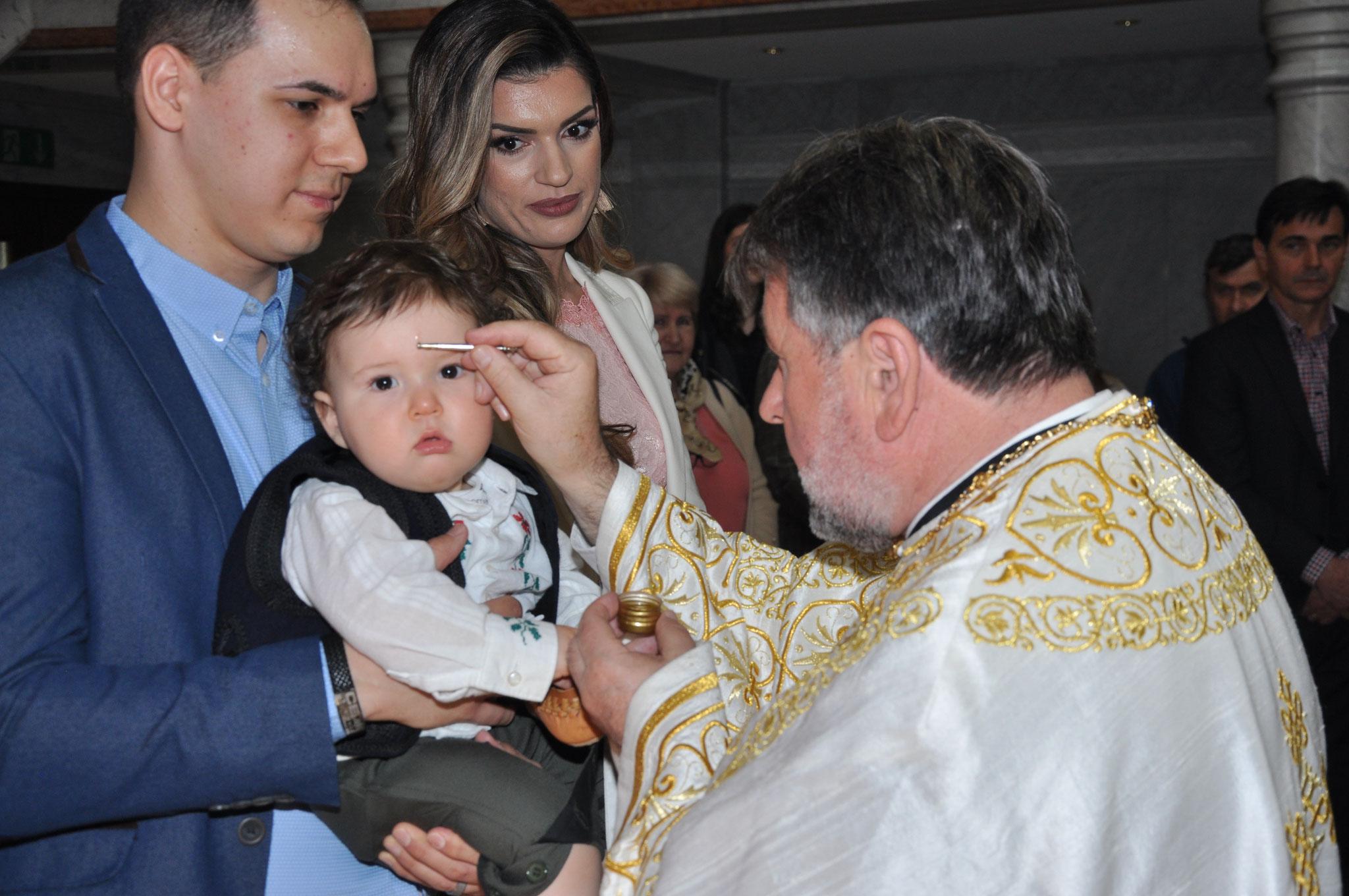 Otac Simeun  počinje sveto krstenje