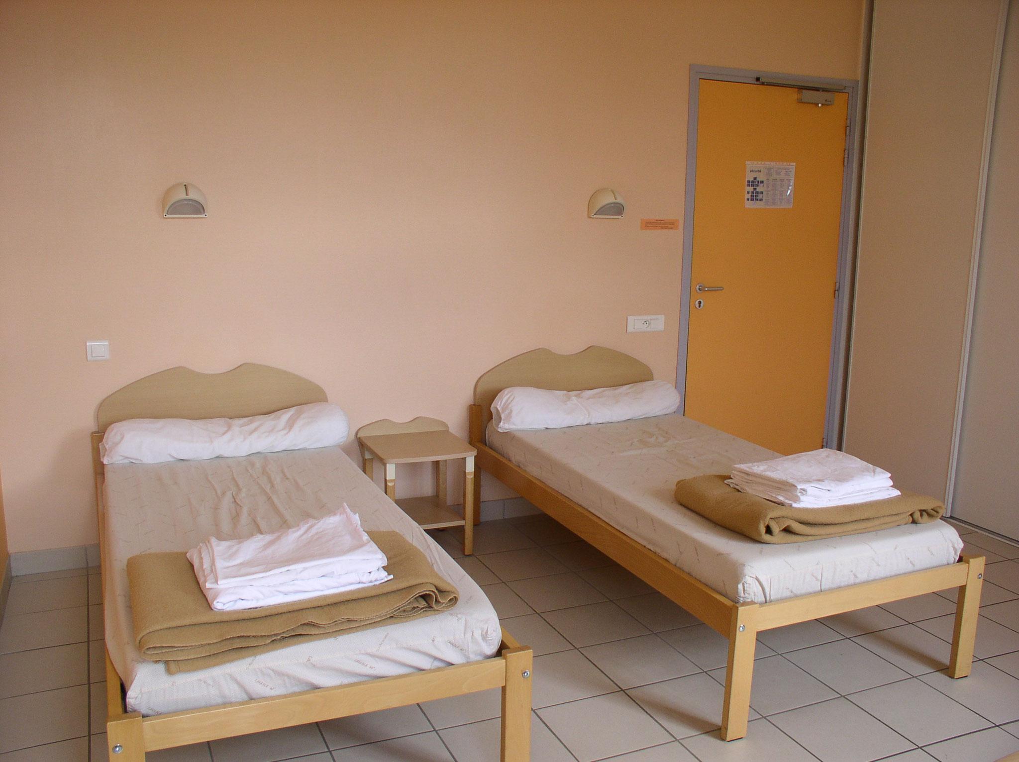 Cette chambre comprend deux lits  avec possibilité d'obtenir un à deux lits médicalisés gratuitement.